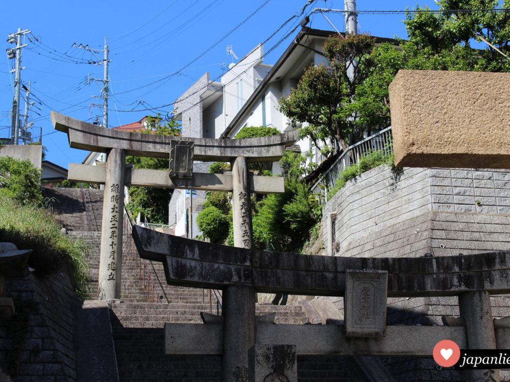 Gleich mehrere torii zeigen an, das man sich auf dem Weg zum Atago Shintō-Schrein in Fukuoka befindet.