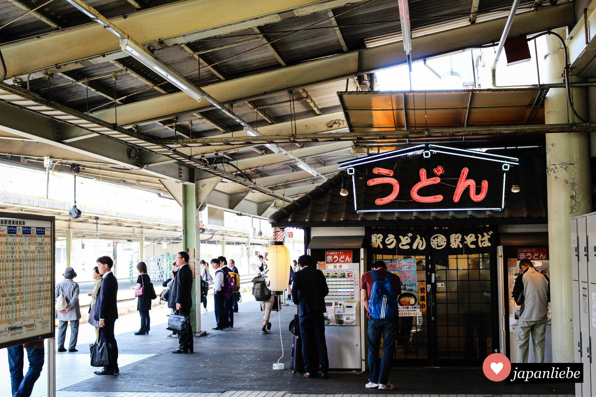 Ein Nudelsuppen-Restaurant für ekisoba und ekiudon am Bahnsteig in Hiroshima.