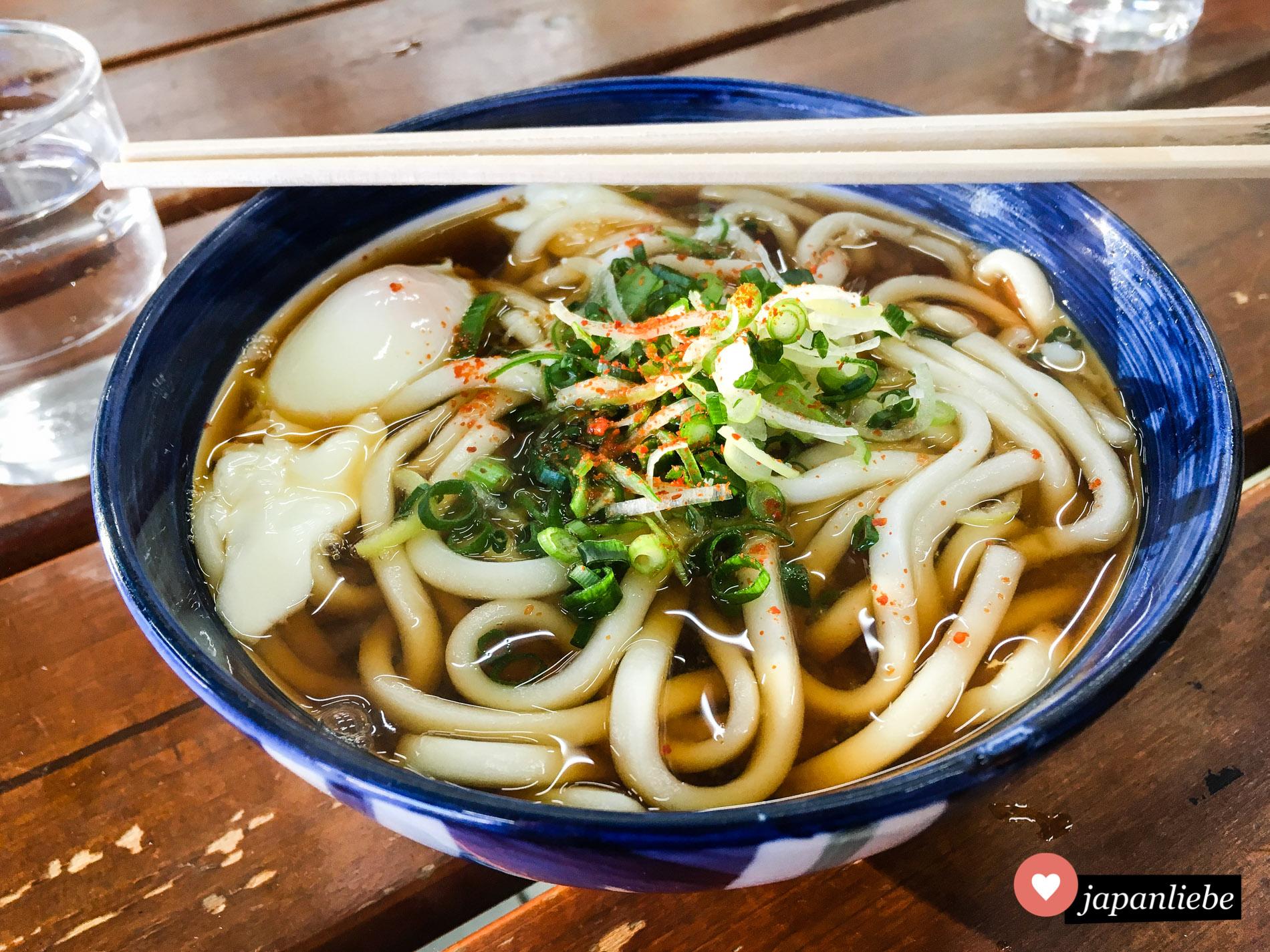 So lecker kann Fast Food sein. Eine japanische Bahnhofsnudelsuppe mit Udon und einem wachsweichen Onsen-Ei dazu.