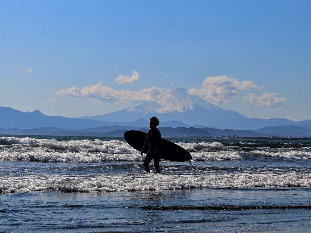 Im Sommer verwandeln sich Japan Strände in ein Paradies für Surfer. 8Foto Ye Linn Wai auf unsplash https://unsplash.com/photos/Z5Pu-eFSq5w)