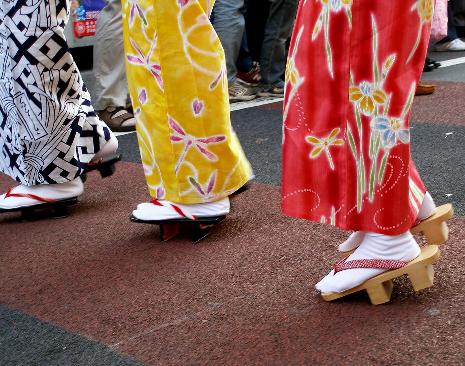 Beim awaodori Tanz tragen die Tänzerinnen zum yukata traditionelle geta Holzsandalen. ()Foto: tanakawho auf Flickr https://www.flickr.com/photos/28481088@N00/287536256 CC BY 2.0)