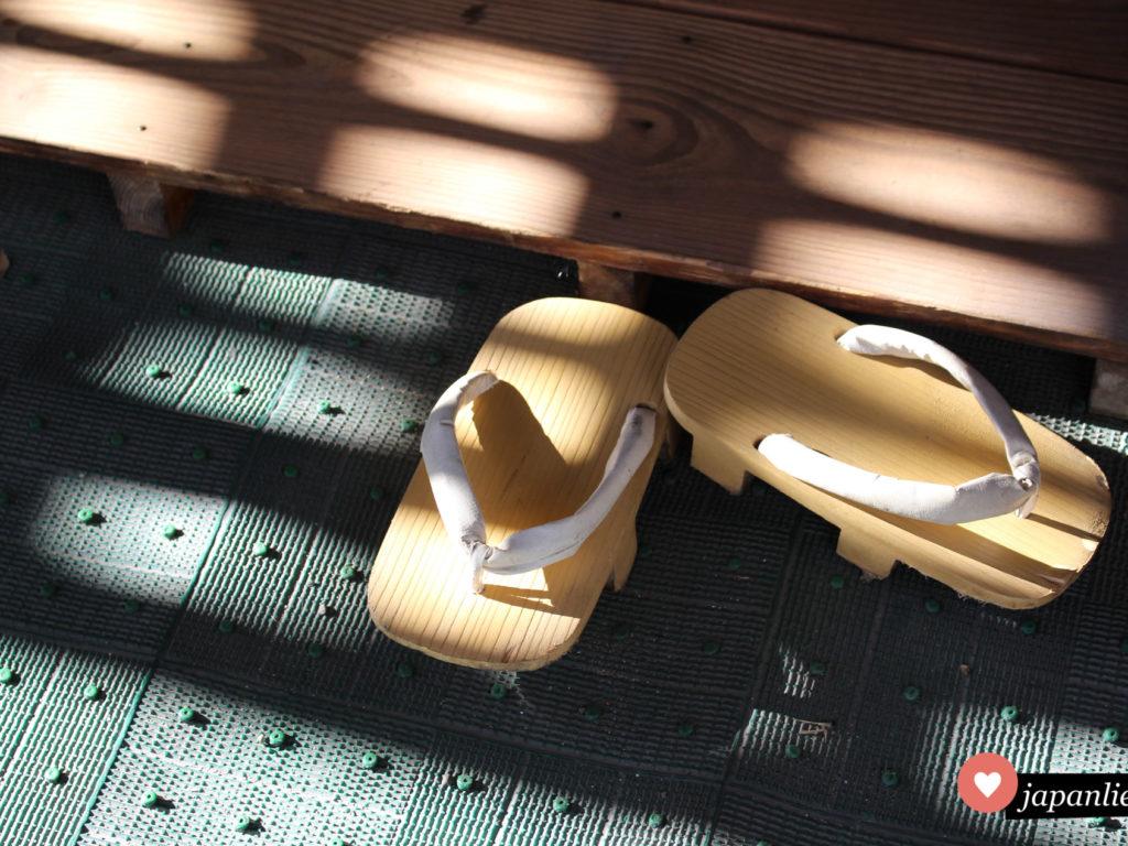 Am Daishi-ji Tempel in Hakone tragen die Mönche im alltag noch traditionelle geta Holzsandalen.