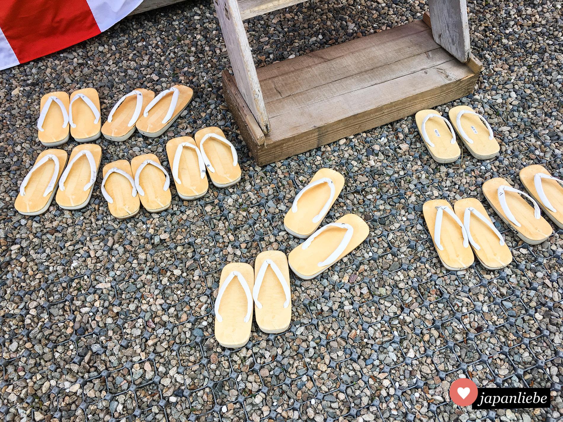 Eng mit geta Sandalen verwandt aber ohne Holzstege an den Sohlen: zori Sandalen.