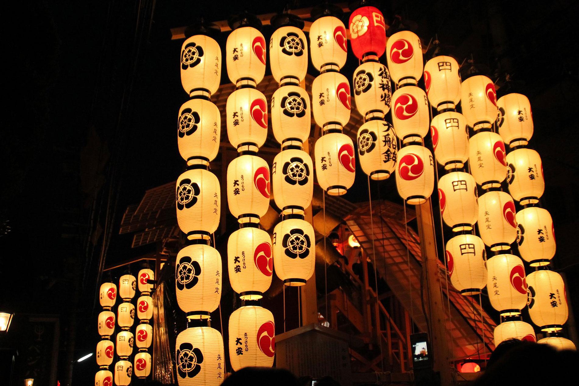 Highlight des Gion Matsuri in Kyōto sind die zwei Umzüge mit gigantischen, beleuchteten Festwägen. (Foto: foooomio auf Flickr https://www.flickr.com/photos/foooomio/14722707944 CC BY 2.0)