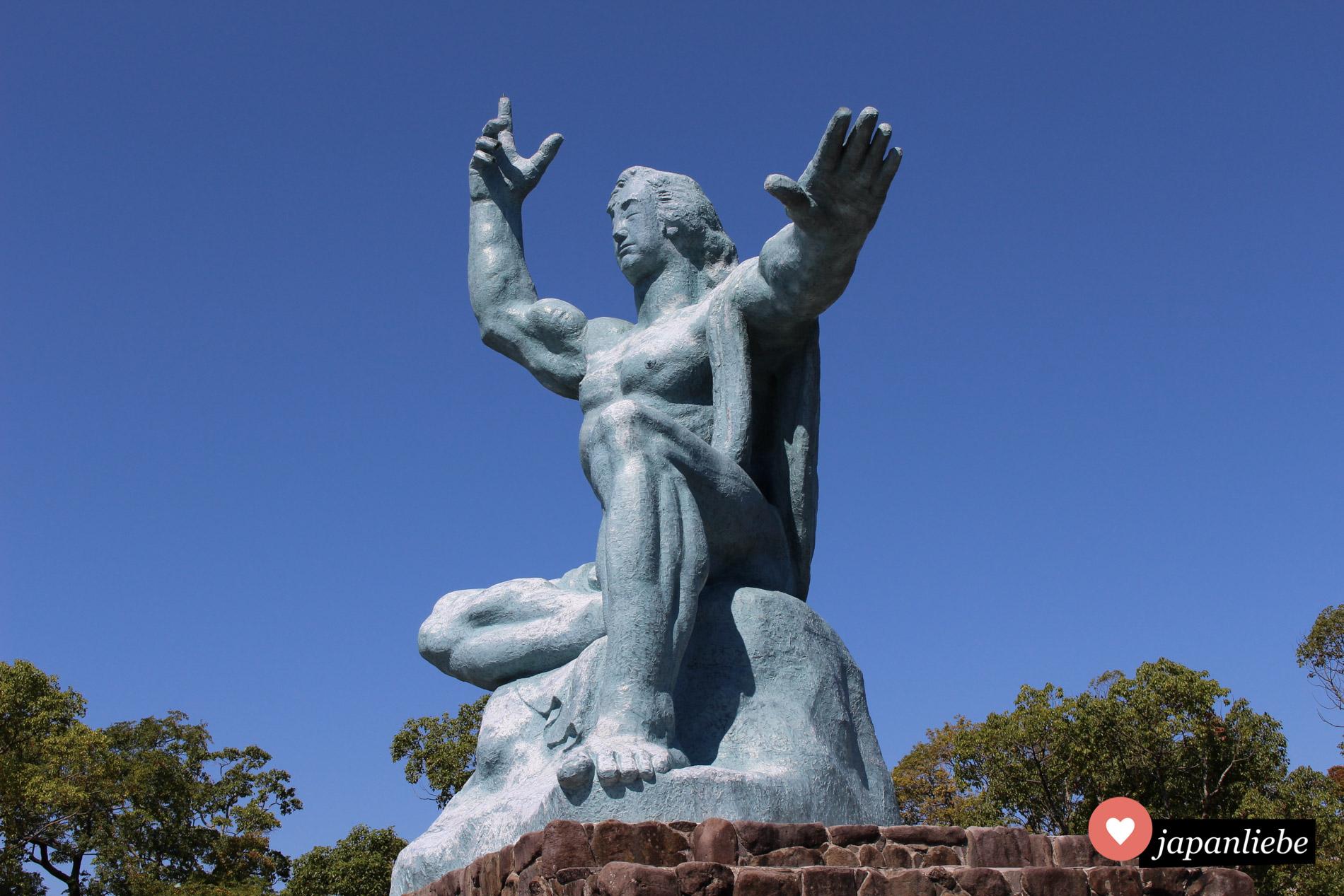 Mahnmal im Friedenspark Nagasaki: die Statue des Friedens von Bildhauer Seibou Kitamura.