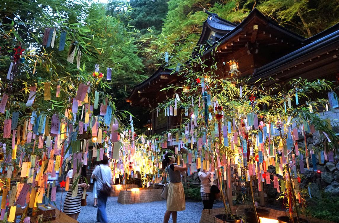 Bei Tanabata-Fest werden Wünsche auf bunte Papierstreifen geschrieben und an Bambuszweige gehängt. (Foto: Keiko Shih auf Flickr https://www.flickr.com/photos/keikosstw/20542749795 CC BY-SA 2.0)