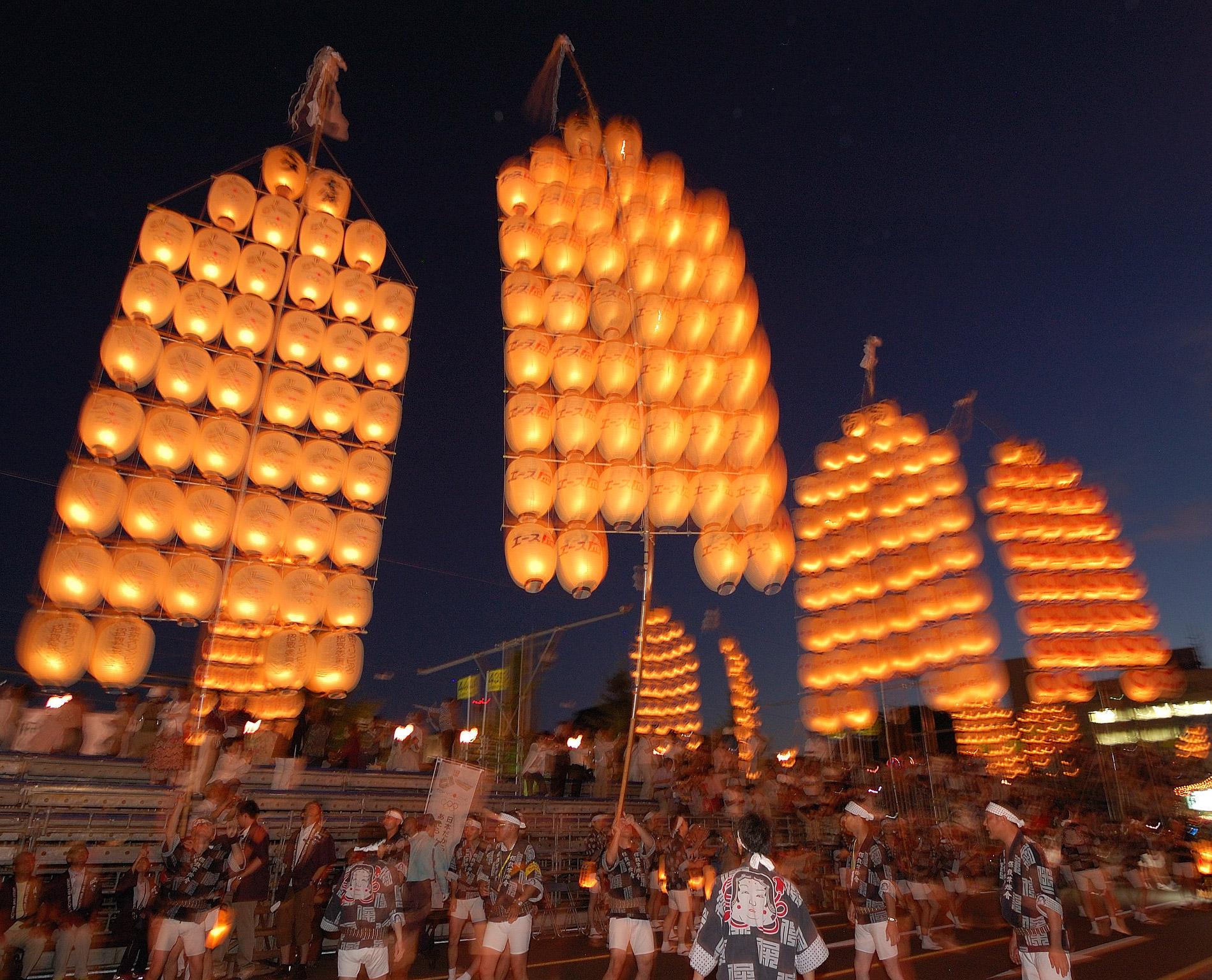 46 Laternen an einem Stab montiert hantiert jeder Träger beim Akita Kanto Matsuri. (Foto: Rosino auf flickr https://www.flickr.com/photos/rosino/2817642029 CC BY-SA 2.0)