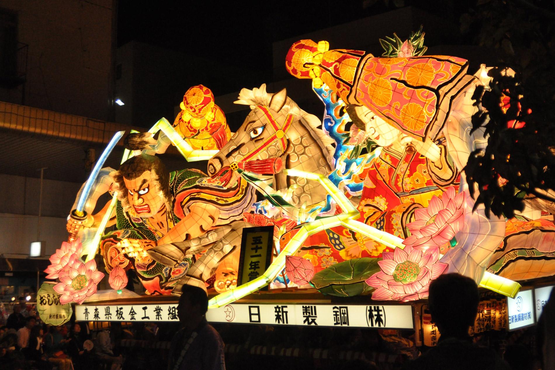 Eines der spektakulärsten Festival Japans ist das Nebuta Matsuri in Aomori mit gigantischen, beleuchteten Festwagen. (Foto: Appie Verschoor auf flickr https://www.flickr.com/photos/xiffy/30289202108 CC BY-SA 2.0)