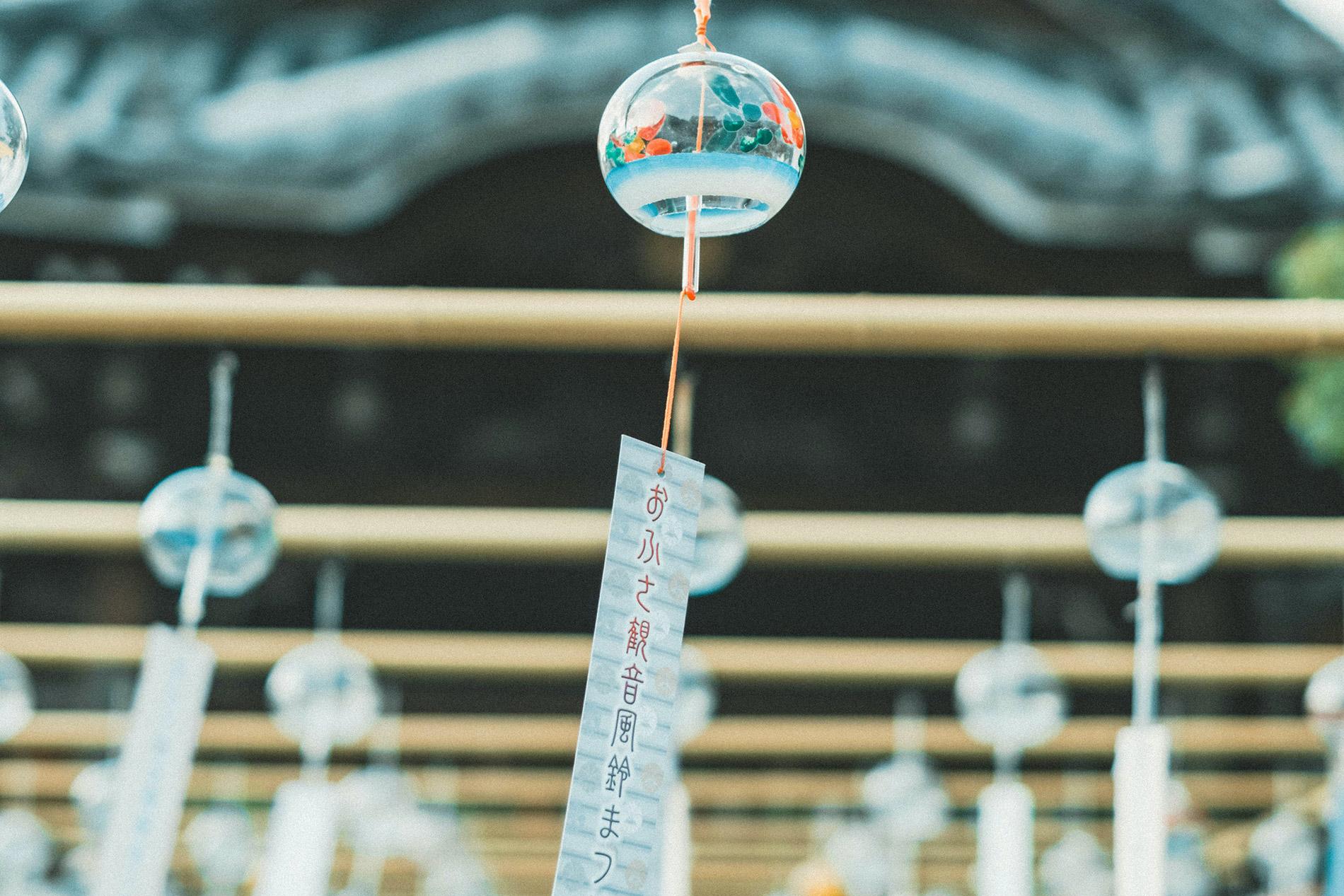 furin nennen sich die japanischen Windspiele, die durch ihren hellen Klang dem Hörer etwas Abkühlung im heißen japanischen Sommer verschaffen sollen. (Foto: nichiiro auf Unsplash https://unsplash.com/photos/EUgm5LYQwgk)