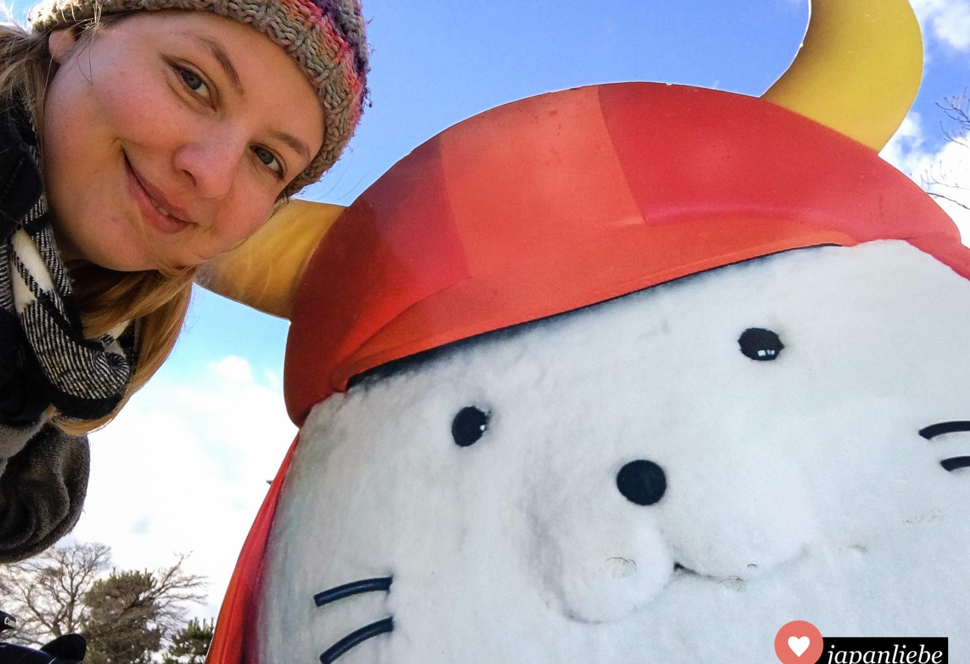 Ein Selfie mit Stadtmaskottchen Hikonyan an der Burg von Hikone.