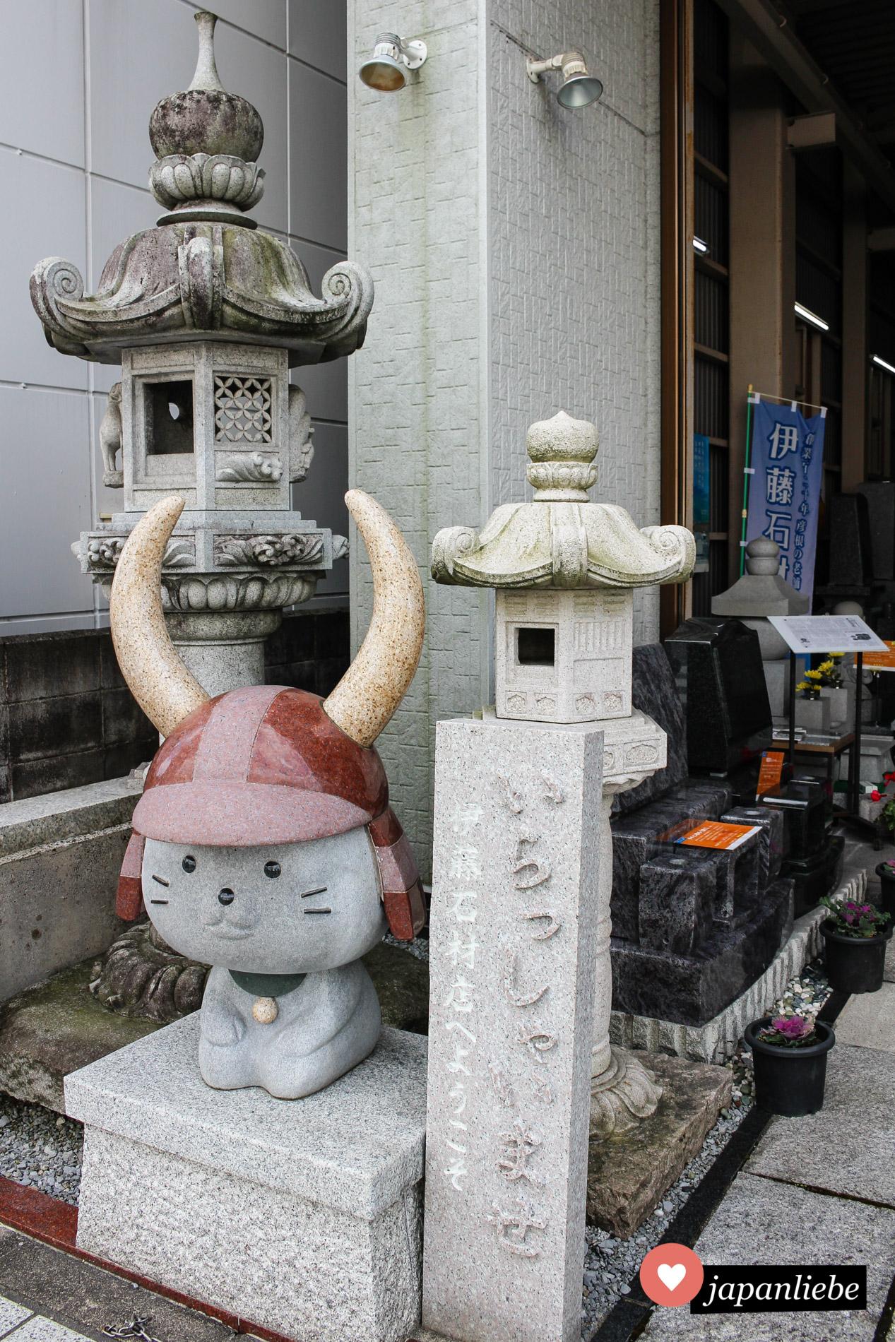 Selbst in Stein wurde das beliebte Maskottchen in Hikone mittlerweile verewigt.