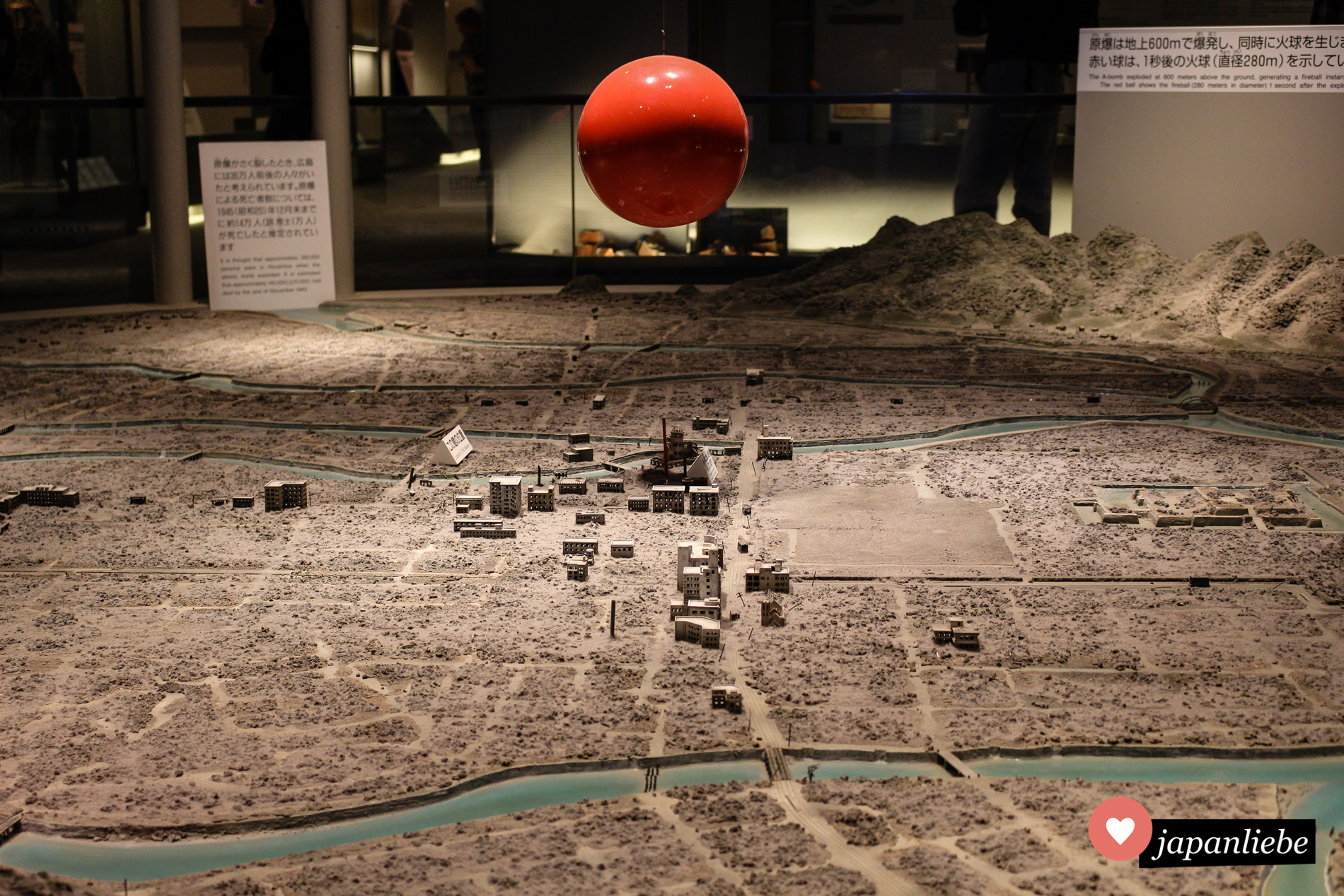 Ein beeindruckendes Display zeigt wo die Atombombe über der Innenstadt von Hiroshima detonierte.