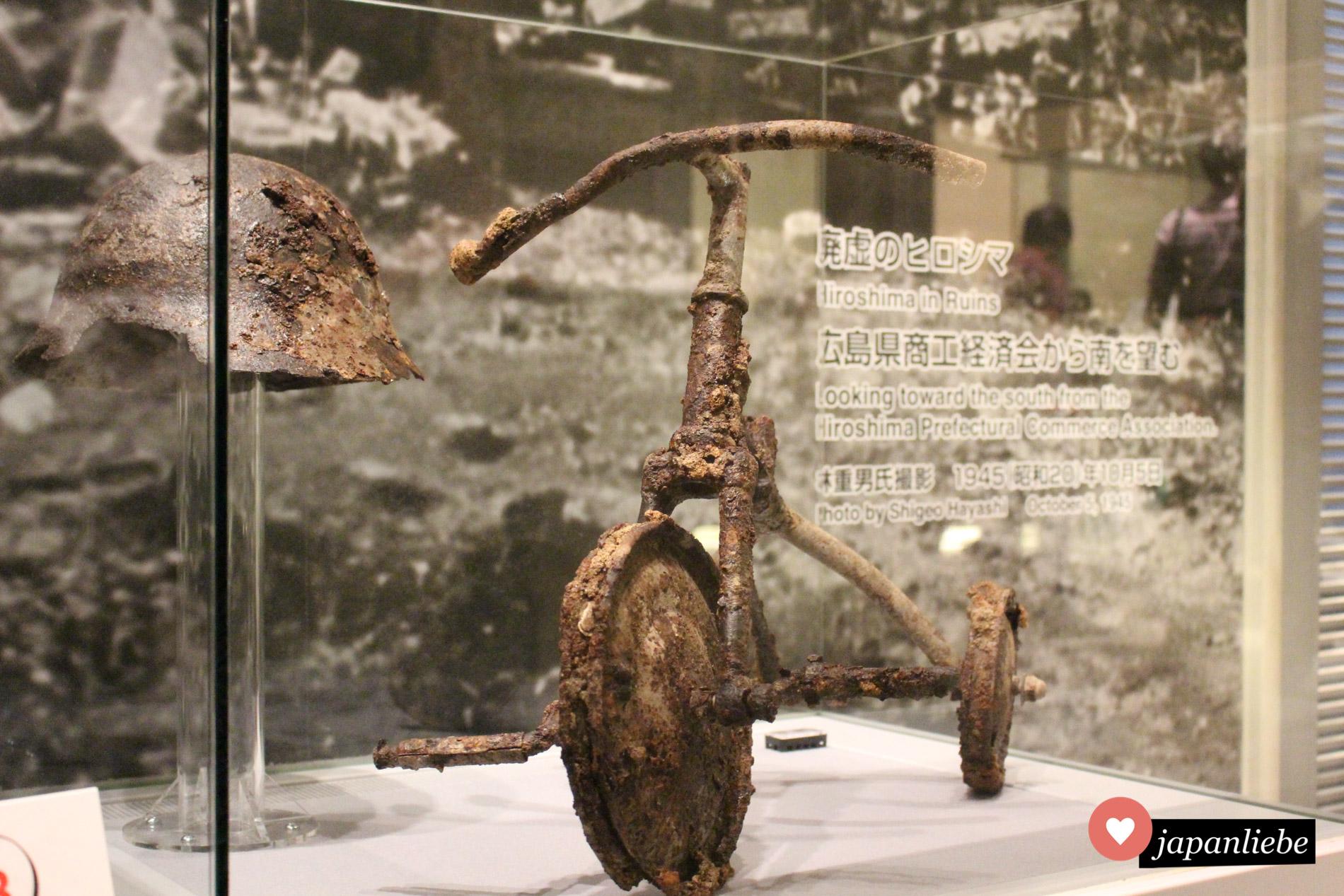 Der kleine Junge, dem dieses Dreirad gehörte, hat den Atombombenabwurf vom 6. August 1945 leider nicht überlebt. Sein Spielzeug steht als ewiges Mahnmal in Friedensmuseum Hiroshima.