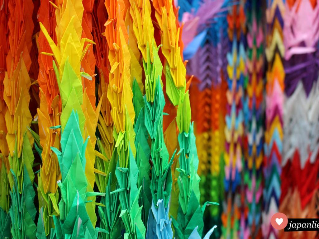 senbazuru nennen sich 1.000 Papierkraniche, die nach Origamitechnik gefaltet und an einer Schnur aufgefädelt wurden.