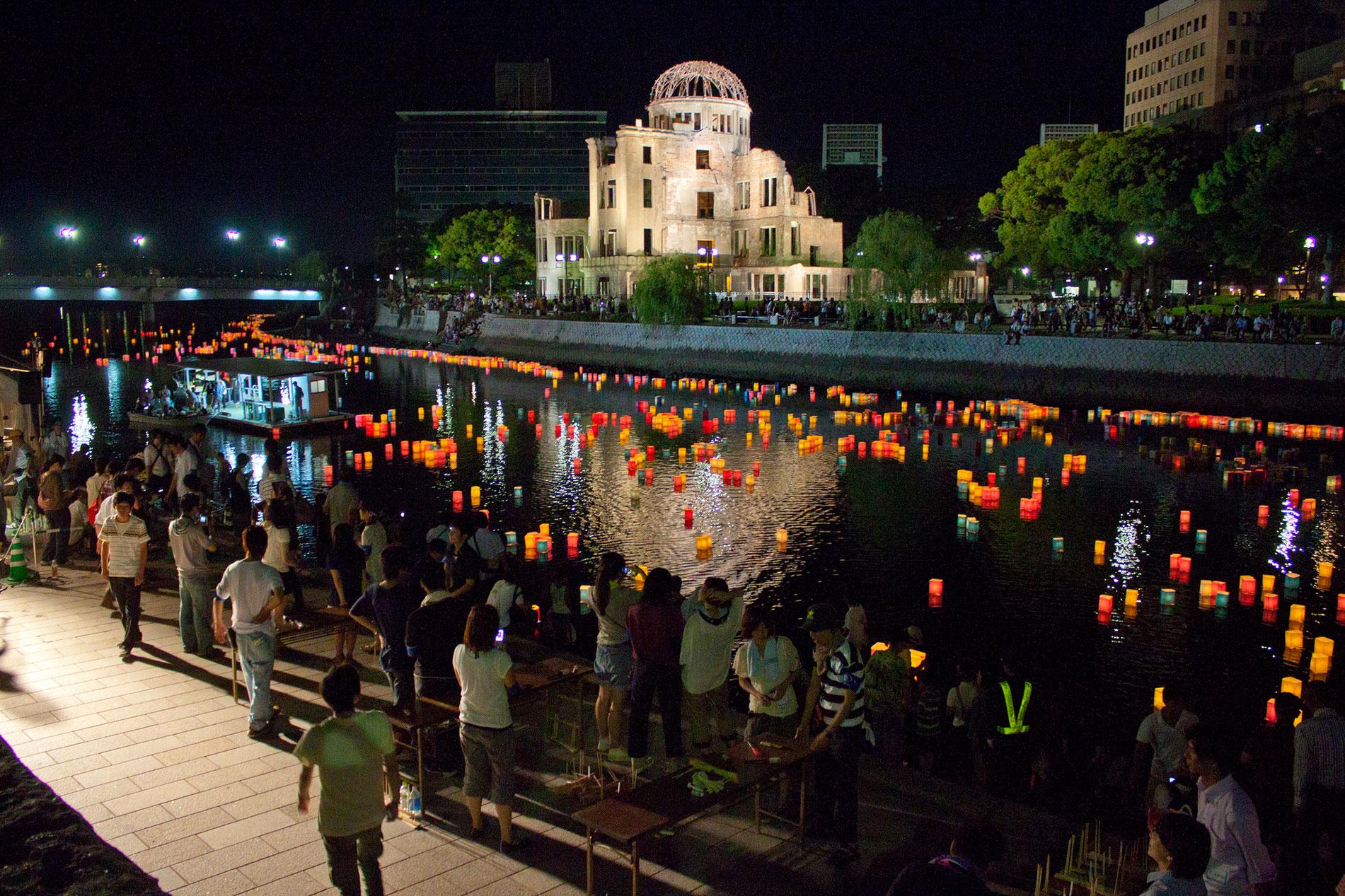 Jedes Jahr am 6. August wird in Hiroshima den Opfern des Atombombenabwurfs im Jahr 1945 mit bunten, schwimmenden Laternen gedacht. (Foto: terrykimura auf flickr https://www.flickr.com/photos/terrykimura/6068642770 CC BY-SA 2.0)