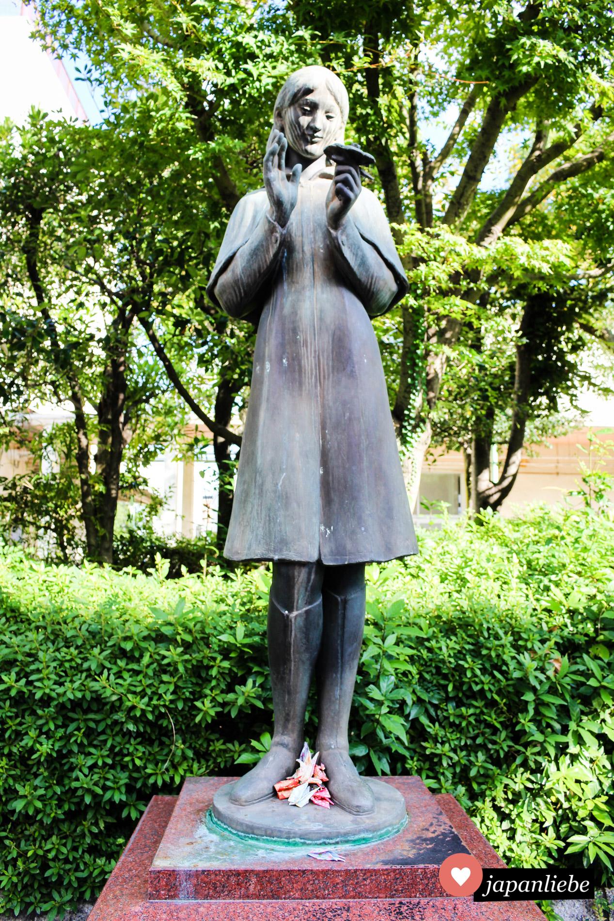 Eine Statue von Sadako Sasaki in der Nähe der ehemaligen Schule des Mädchens. Papierkraniche wurden im Gedenken an ihren Füßen abgelegt.