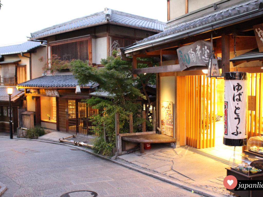 Eine der schönsten und berühmtesten Ecken Gions in Kyōto mit einem Spezialitätenrestaurant für Tofuhaut.