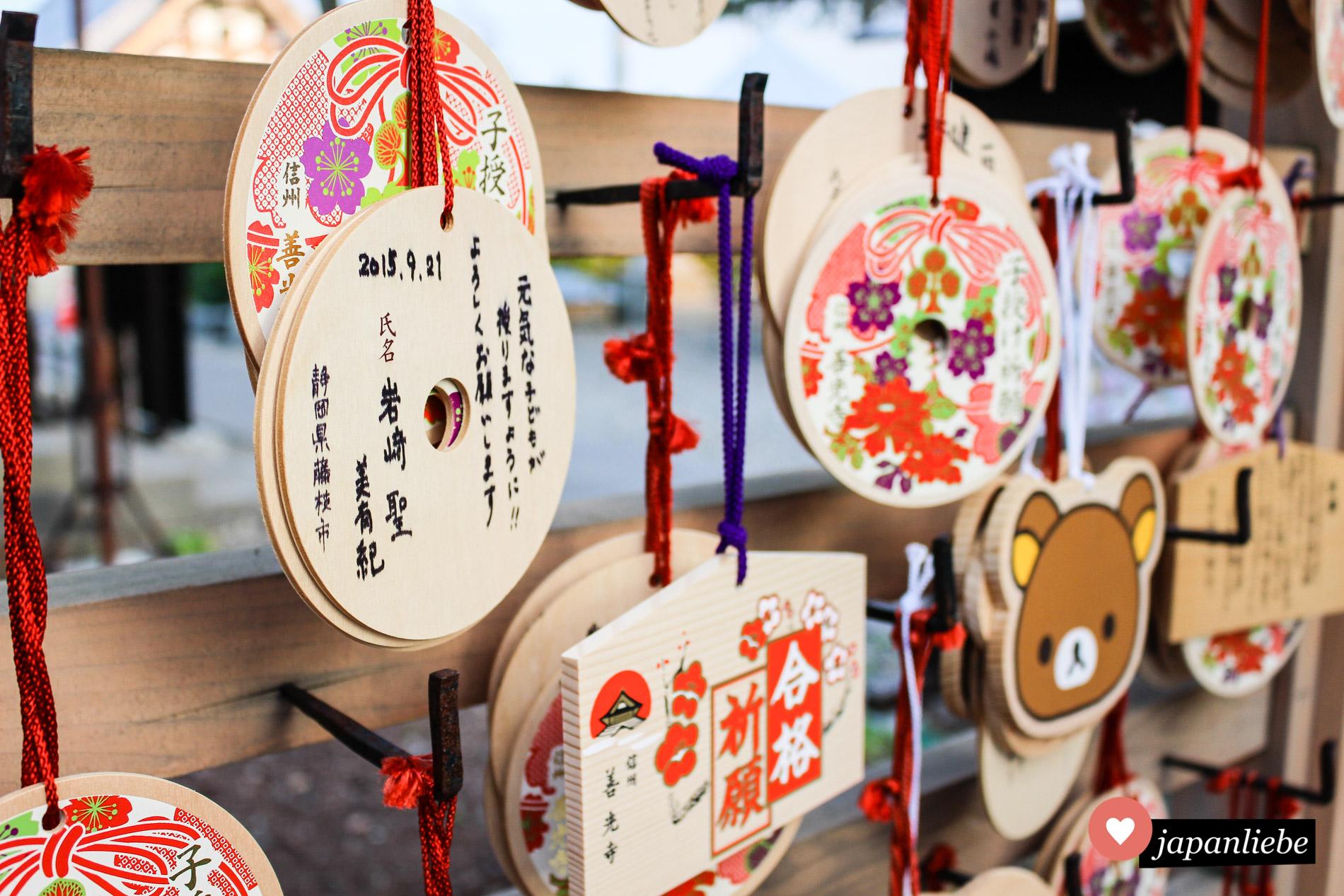 Diverse ema Wunschtafeln am Zenkō-ji Tempel in Nagano bitten für ein gesundes Kind oder das Bestehen einer Prüfung.