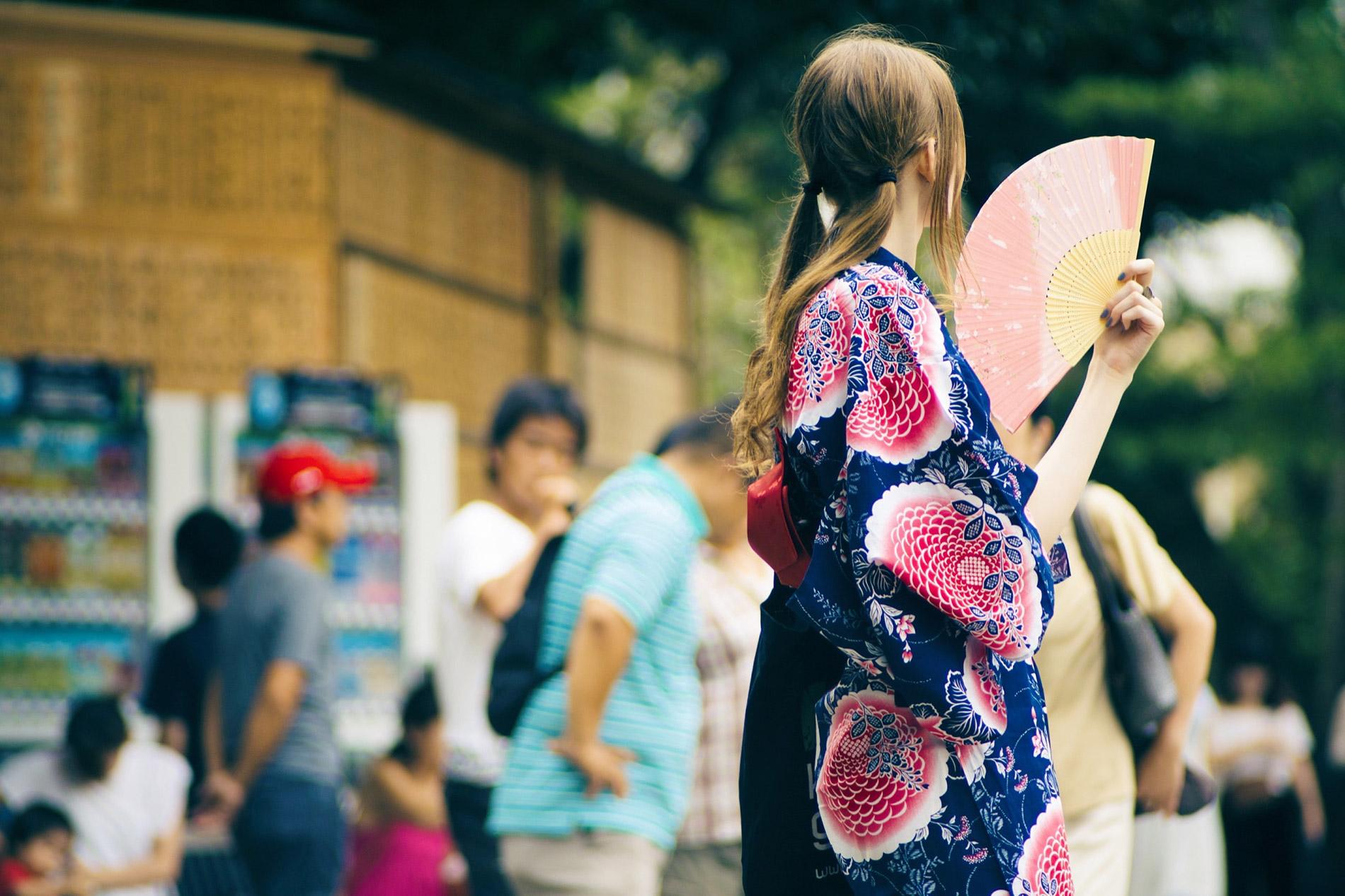 yukata sind farbenfrohe, leichte Baumwollkimono – perfekt für die heißen Temperaturen im japanischen Sommer. (Foto: Ryo Yoshitake auf Unsplash https://unsplash.com/photos/9cE54xgRDIk)