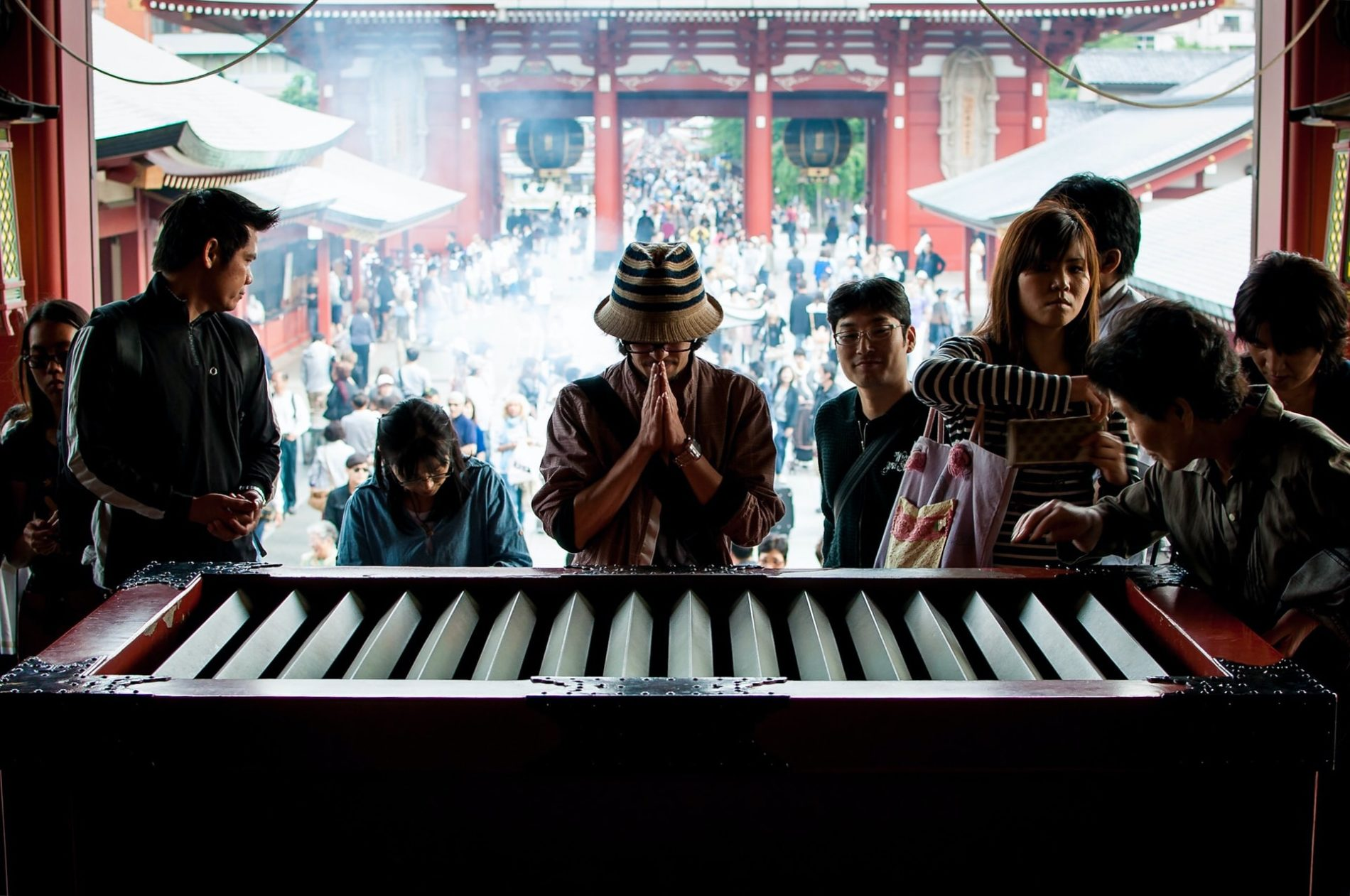 Vermutlich Japans meistfotografierte saisenbako Spendenbox am Senso-ji Tempel in Asakusa, Tōkyō. (Foto: David Klein auf Unsplash https://unsplash.com/photos/L3Io-LfakAA)