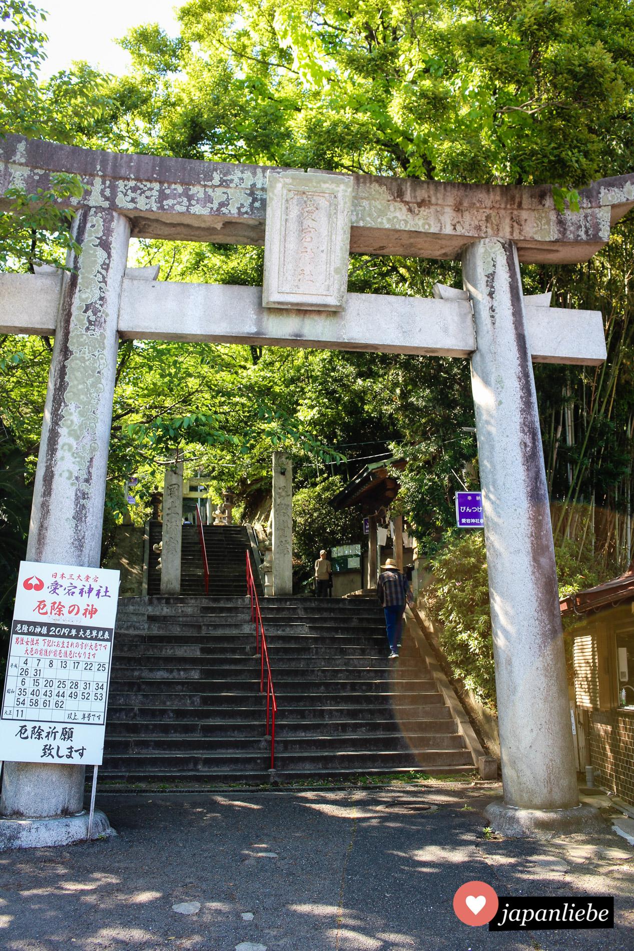 Bereits ein einem der unteren Eingangstore zum Atago-Schrein in Fukuoka weist eine Tafel darauf hin, wer sich gerade in einem Unglücksjahr befindet.