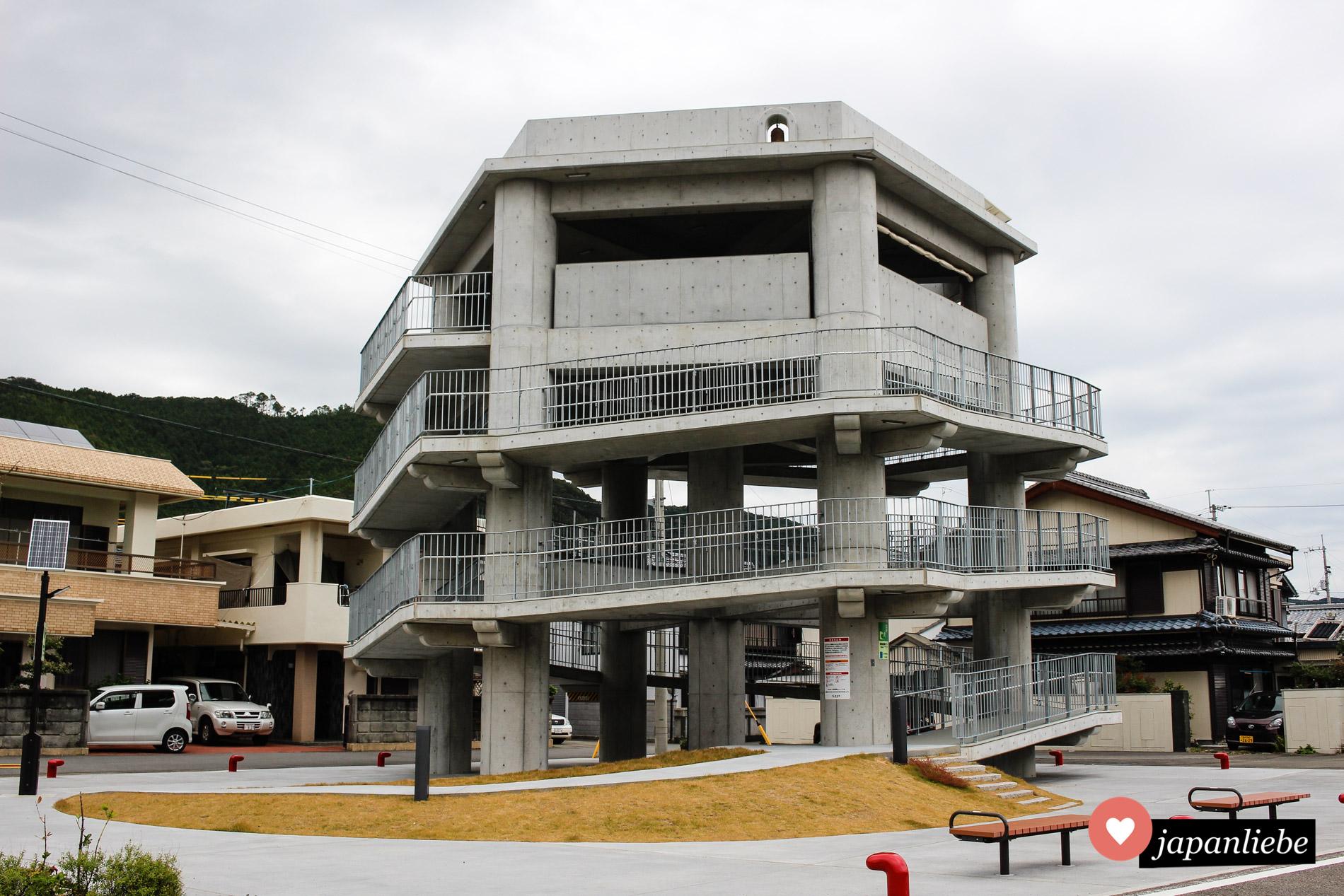 Ein Tsunami-Evakuierungsturm in der kleinen Stadt Hiwasa auf Shikoku.