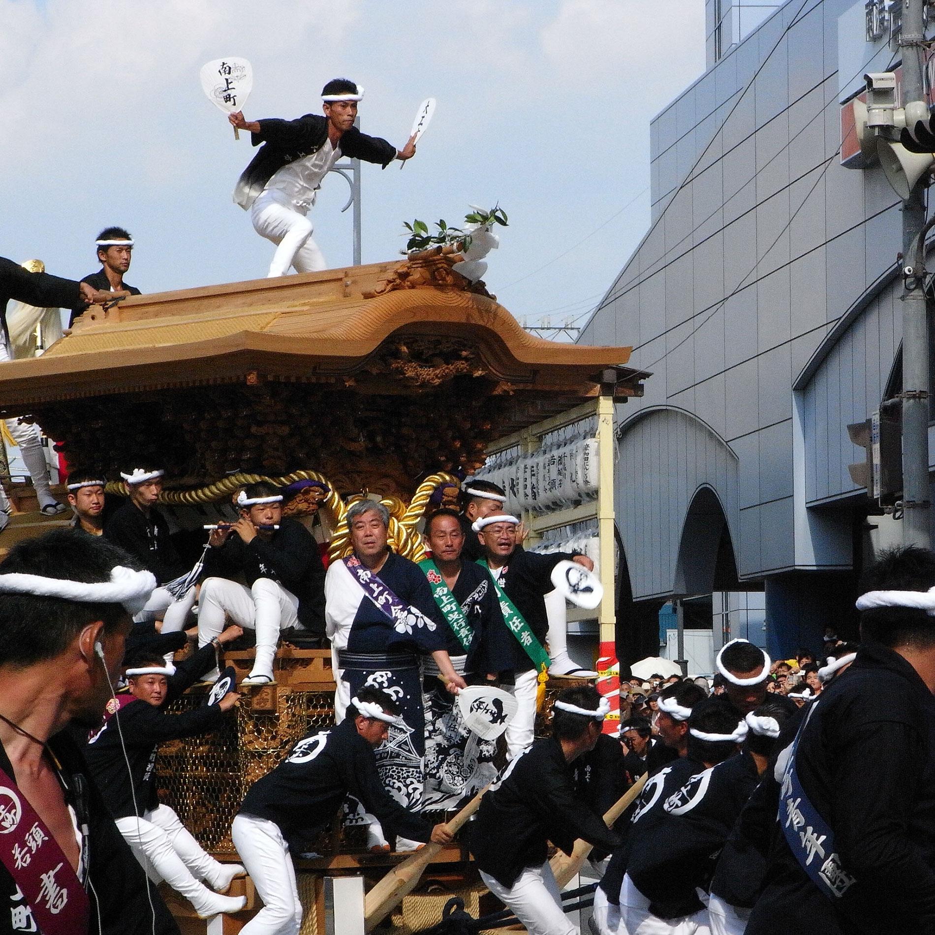 Die Festwagen beim Kishiwada Danjiri Matsuri wiegen etwa 4 Tonnen. Wagemutige Männer geben obenauf eine Vorstellung. (Foto: noriko auf flickr https://flic.kr/p/5mFM4Y CC BY-ND 2.0)