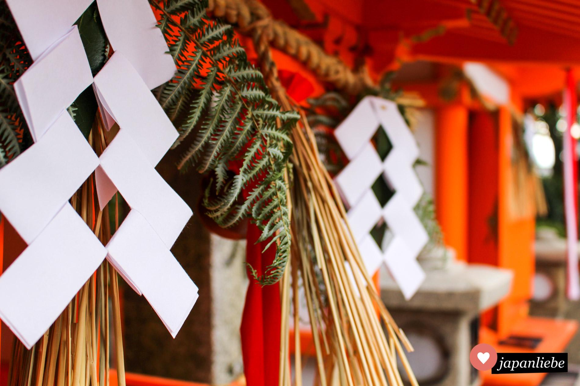 Viele shide am Fushimi Inari Taisha sind gefalten wie für die Verwendung an einem gohei Stab.