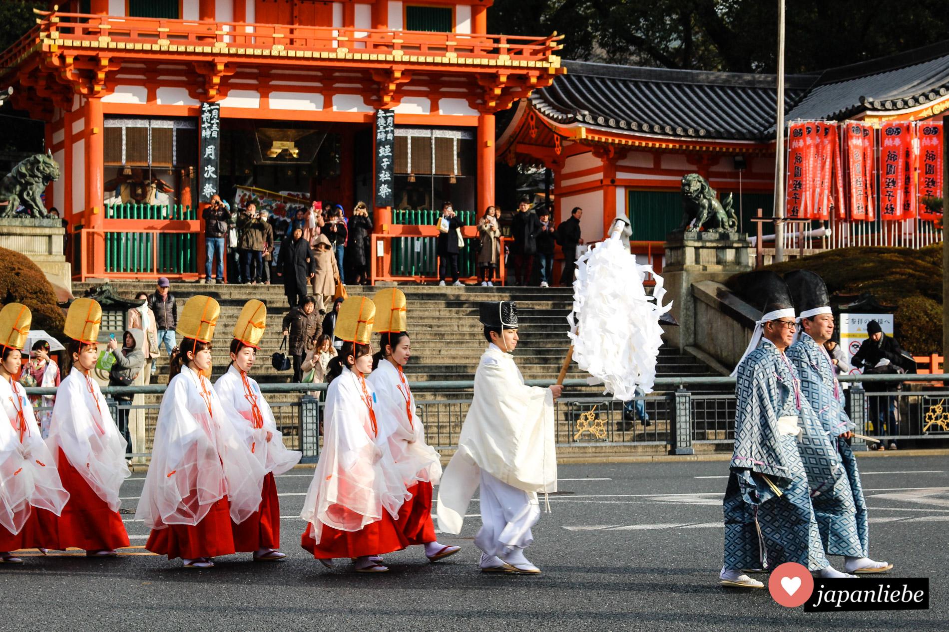 Umzug bei einem Schreinfest zu Ehren Ebisu in Kyōto.