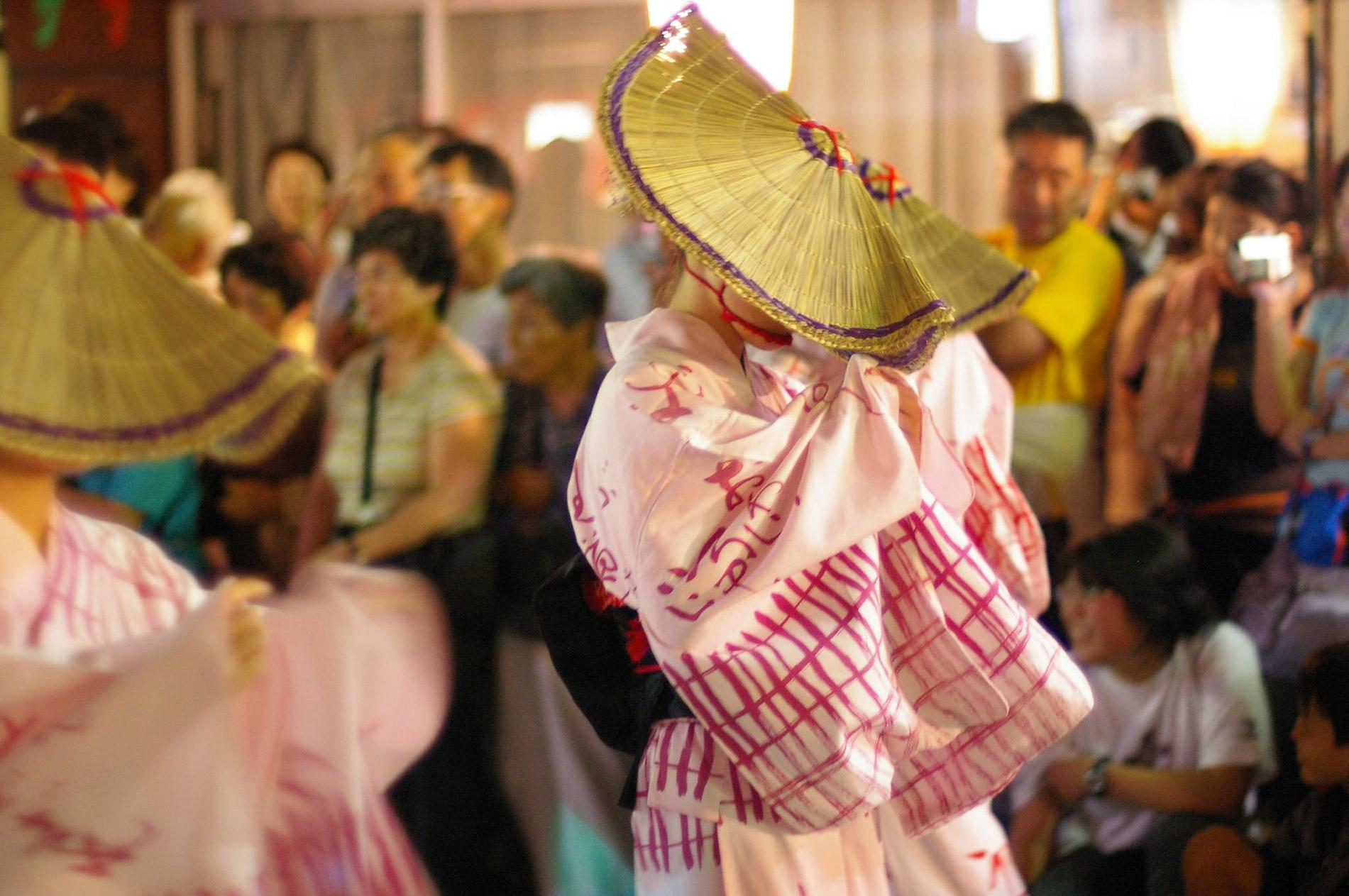 Prachtvolle Kimonos, riesige Strohhüte – mit synchronen Tanzbewegungen wird beim Owara-Kaze-no-Bon Fest um den Schutz vor Naturkatastrophen gebeten. (Foto: tsuda auf flickr https://flic.kr/p/kLurv CC BY-SA 2.0)
