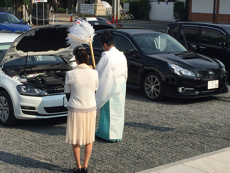Ein shintō-Priester segnet ein neues Auto. (Foto: malaiya auf Wikipedia https://ja.wikipedia.org/wiki/大麻_(神道)#/media/ファイル:Shinto_Priest_blessing_car.jpg CC BY-SA 4.0)