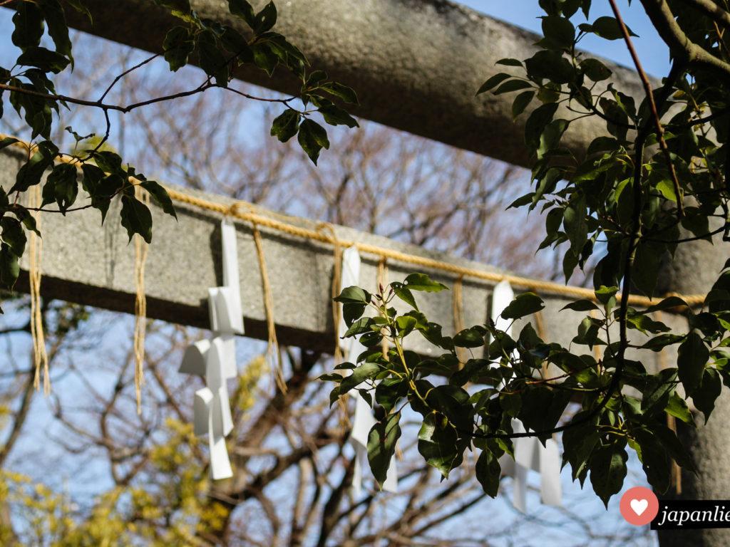 Das torii am Yasaka Schrein in Sawara ziert ein shimenawa Reisstrohsseil und mehrere shide Zickzack-Streifen.