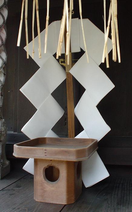 Zwei shide an einem Bambusstab nennen sich gohei. (Foto: nnh auf Wikimedia https://en.wikipedia.org/wiki/File:Shinto_gohei.jpeg Public Domain)