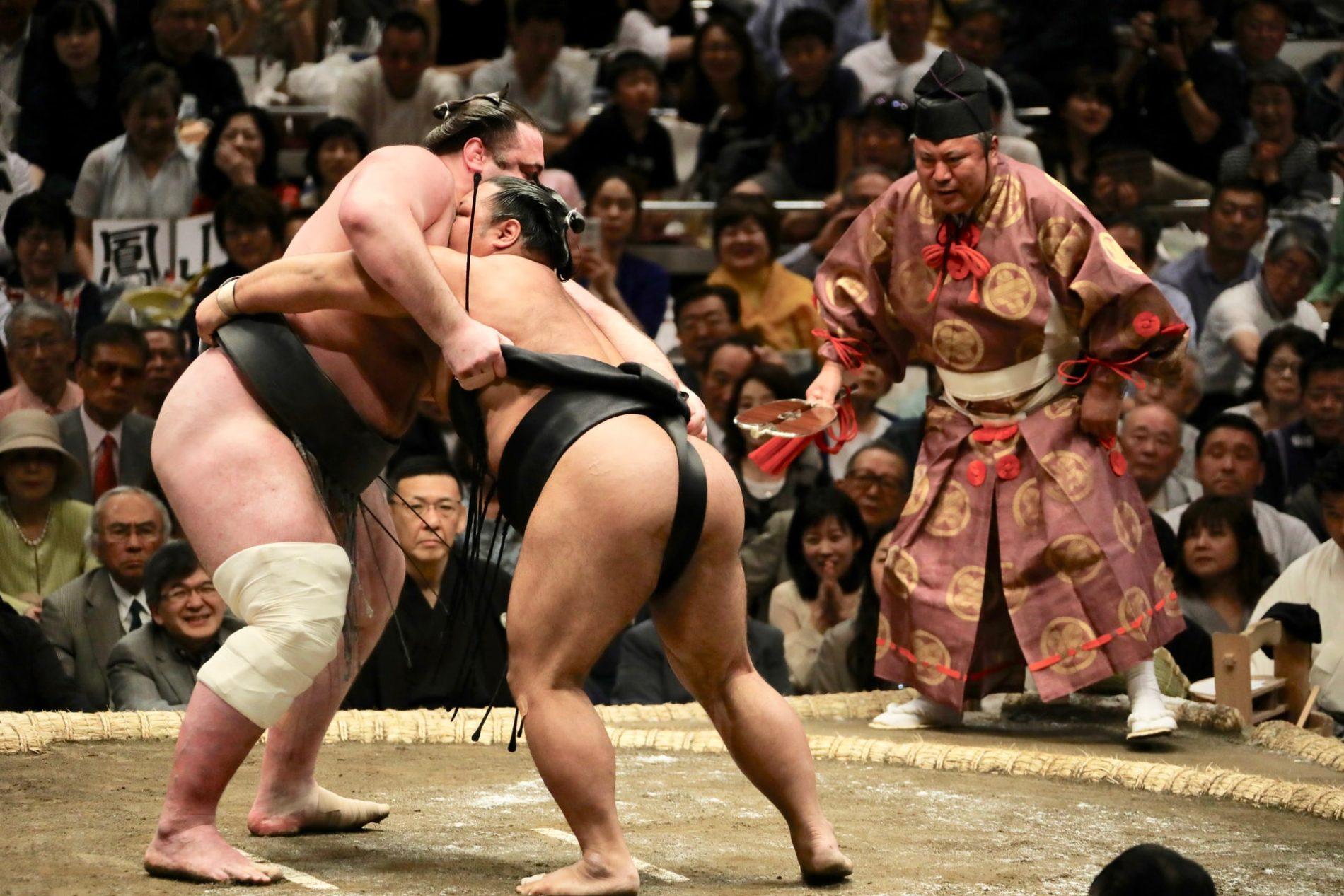 Übers Jahr hinweg finden mehrere große sumō-Turniere in Japan statt. Mit etwas Glück kannst du während deiner Japanreise einem Kampf beiwohnen. (Foto: Bob Fisher auf Unsplash https://unsplash.com/photos/kVi5zMOUTFc)
