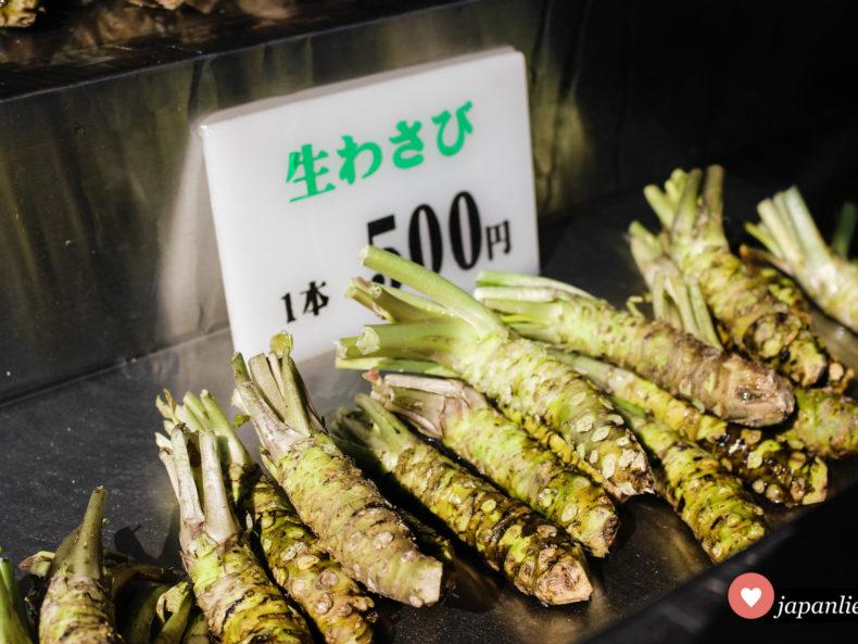 Frische wasabi-Knollen zum Verkauf auf der Daoi Wasabi Farm in Azumino.