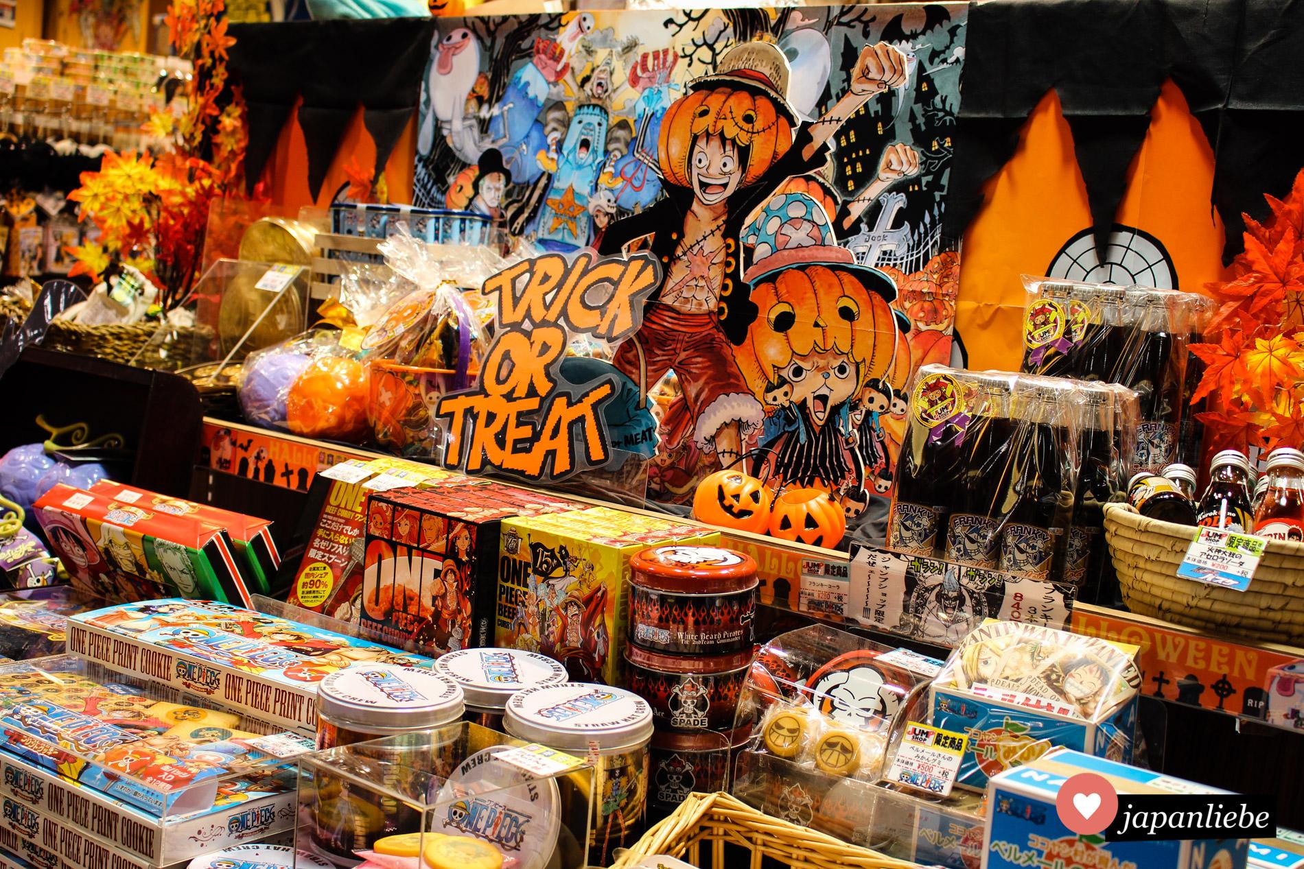 """Halloween-Merchandise zur Manga- und Animeserie """"One Piece"""" im Jump Shop in Canal City, Fukuoka."""