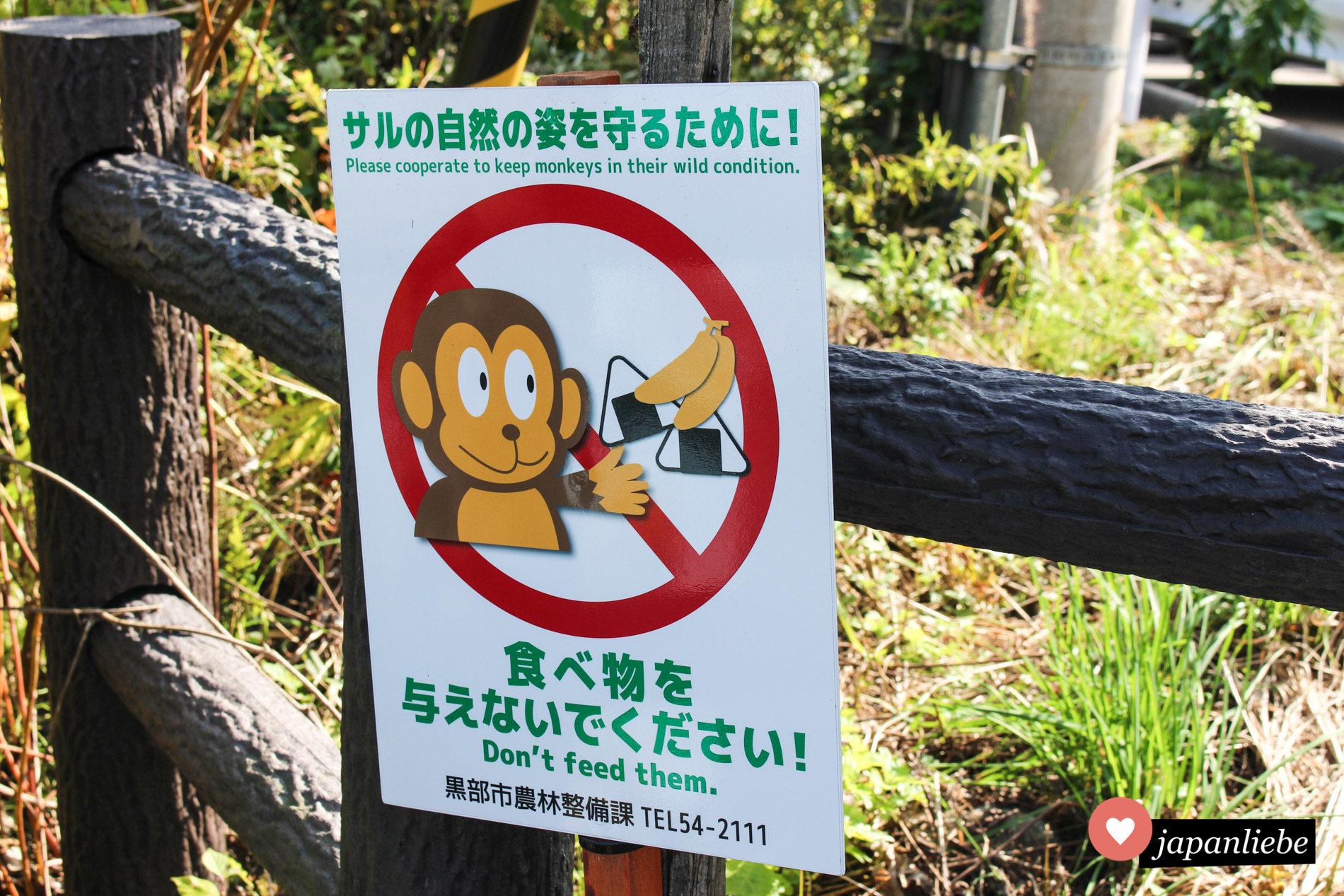 ein Hinweisschild in der Kurobe Schlucht bittet Besucher darum, keine wilden Affen zu füttern.