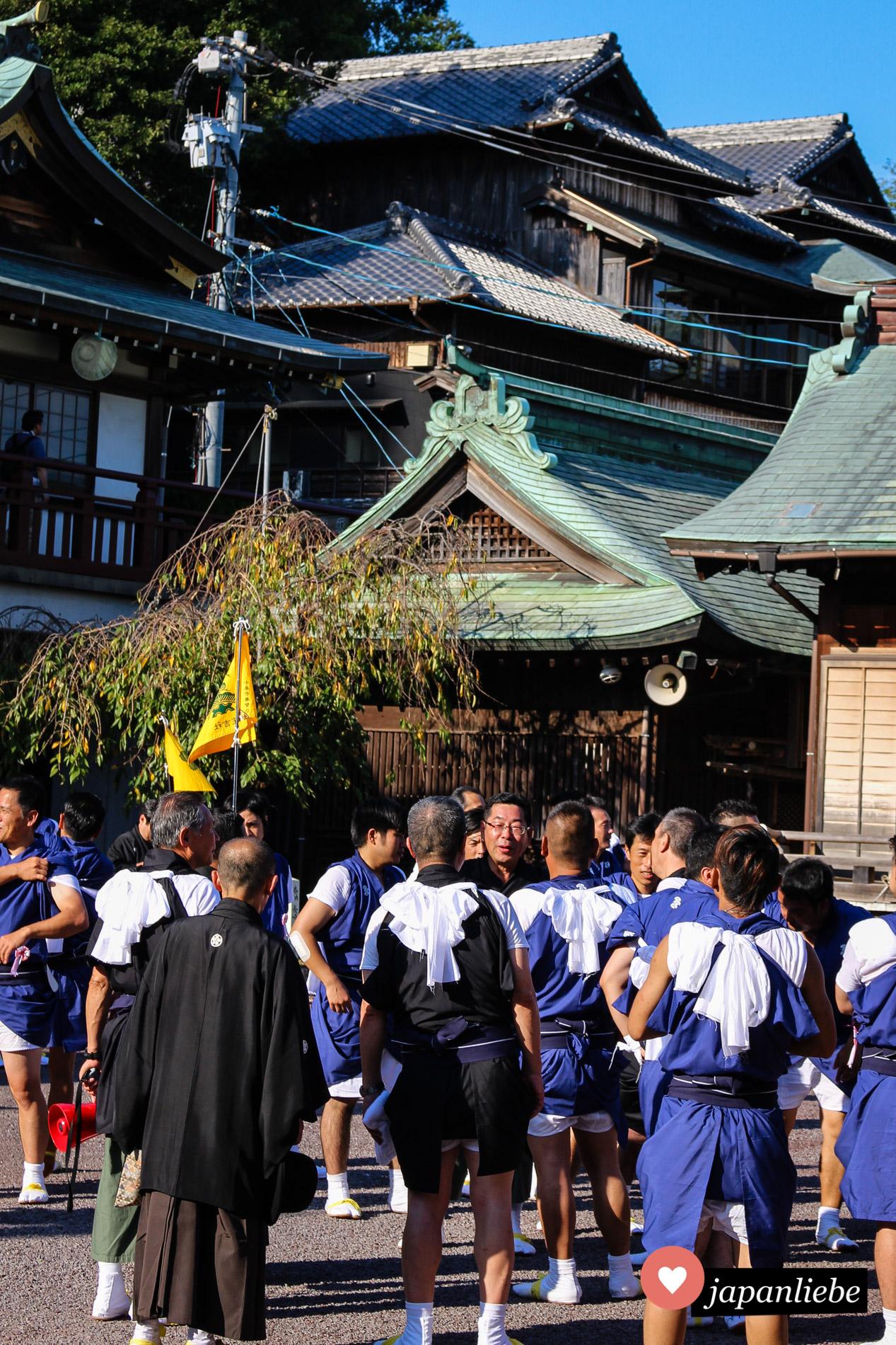 Die Träger der Schreinsänfte am Suwa Schrein in Nagasaki sind nach getaner Arbeit sichtlich erleichtert und erschöpft.