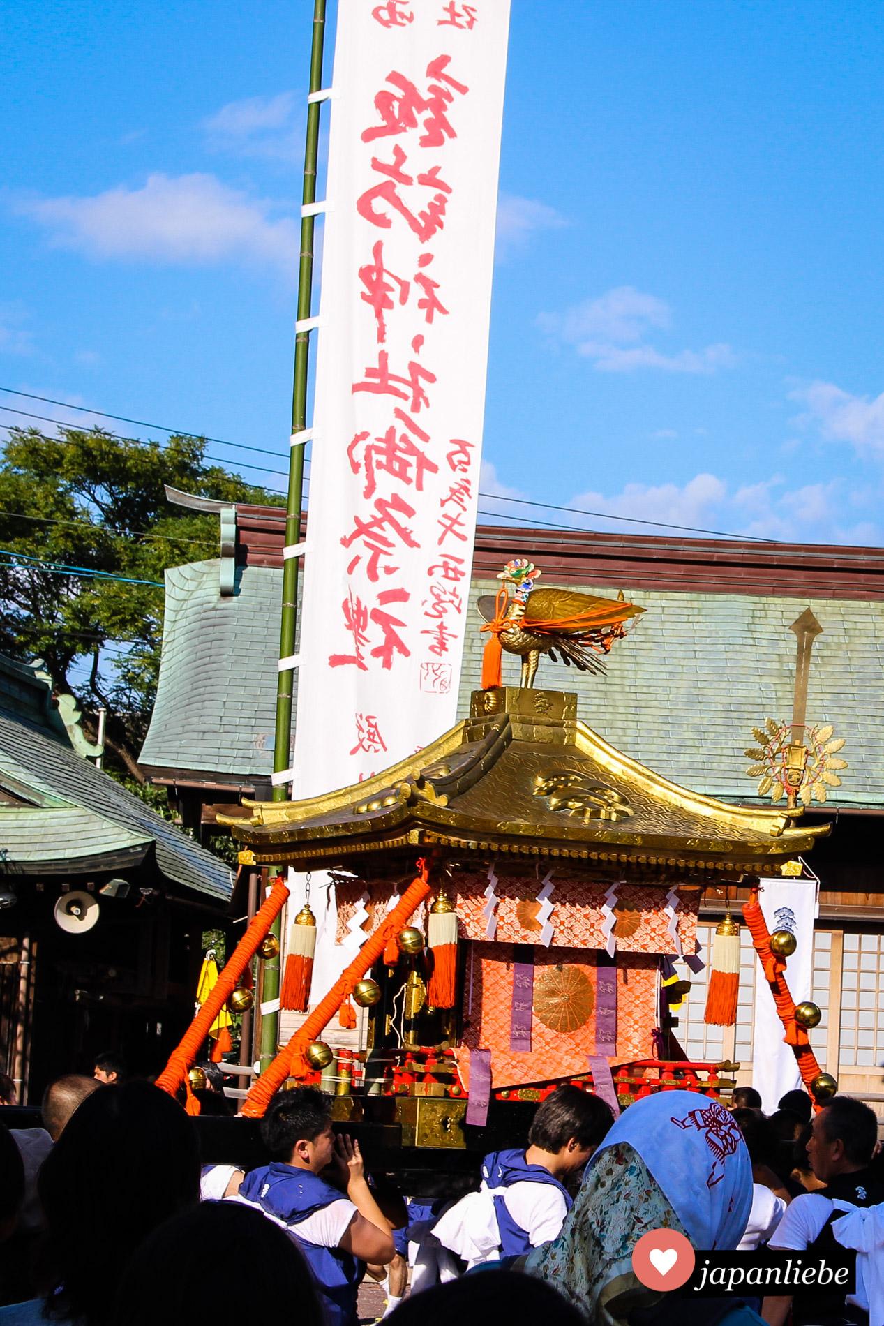 Die o-mikoshi Göttersänfte am Suwa Schrein in Nagasaki sieht aus wie ein prunkvolles Miniaturgebäude mit einem Phönix auf der Spitze.