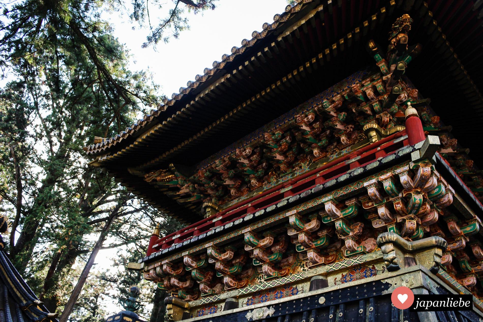"""Das Wort """"prachtvoll"""" trifft es bei den Verzierungen der Gebäude am Tōshō-gū Schrein exakt."""