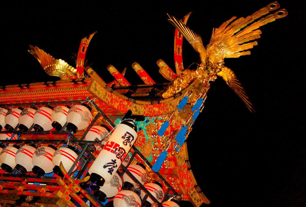 Zwei Mal im Jahr wird in Takayama groß gefeiert. Beim Herbstfest kommen die beleuchteten Festwagen besonders zur Geltung.