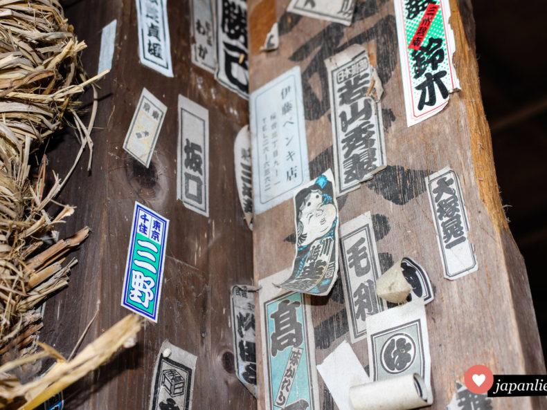 Unterschiedliche senjafuda Pilgeretiketten am Daio Schrein auf der Daio Wasabi Farm in Azumino.