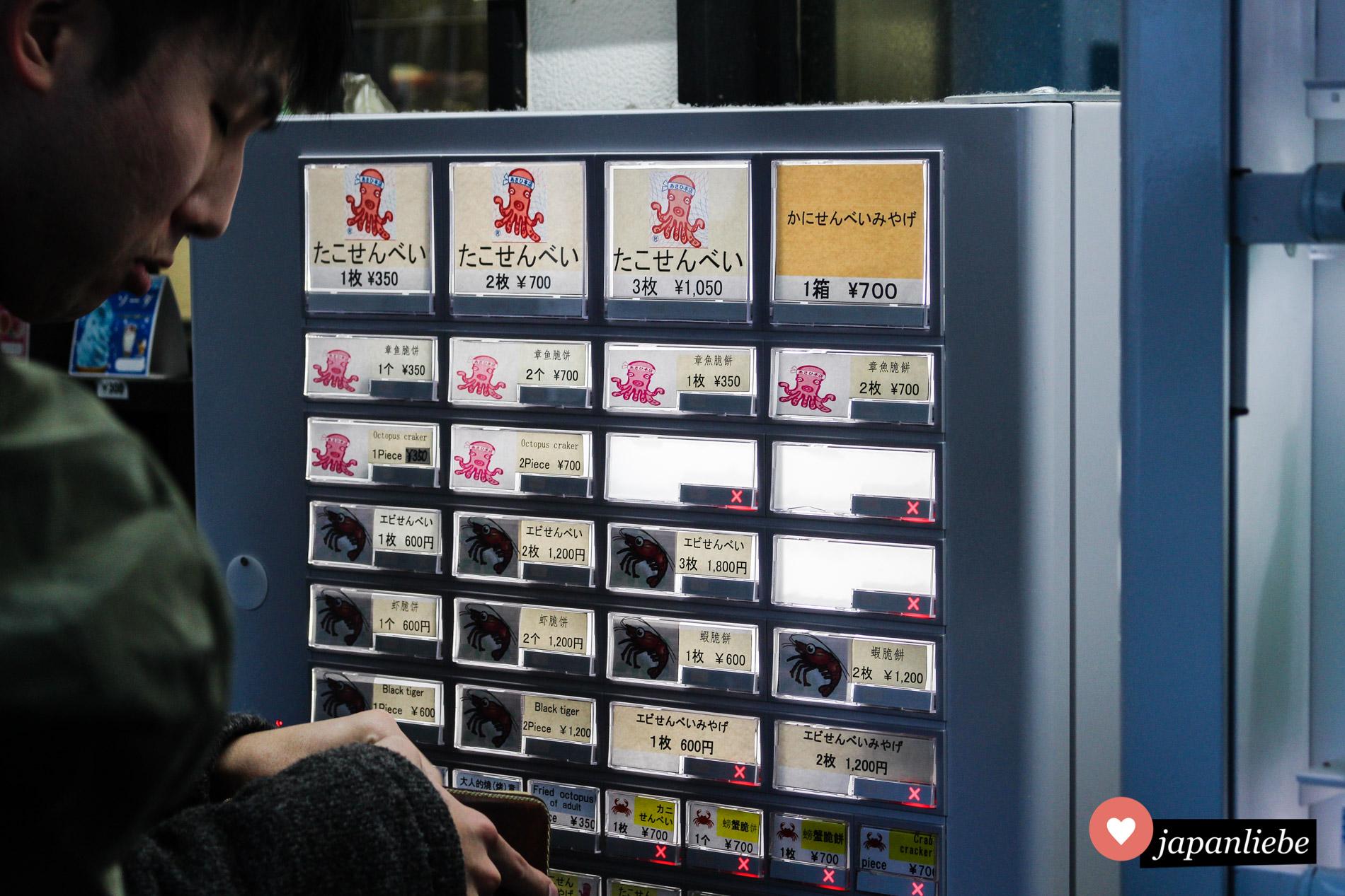 Um an diesem Laden auf Enoshima einen Reiscracker zu kaufen, löst man vorab ein Ticket an einem Automaten.