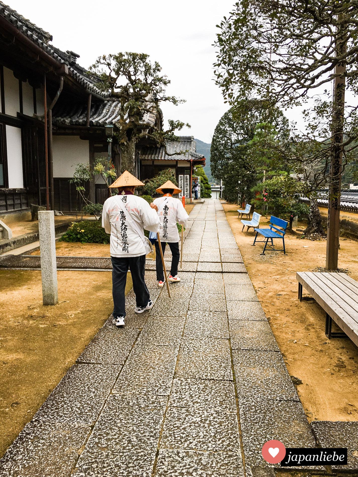 Pilger in Hiwasa am Yakuō-ji – Tempel Nr. 23 der 88-Tempel-Wallfahrt auf Shikoku.