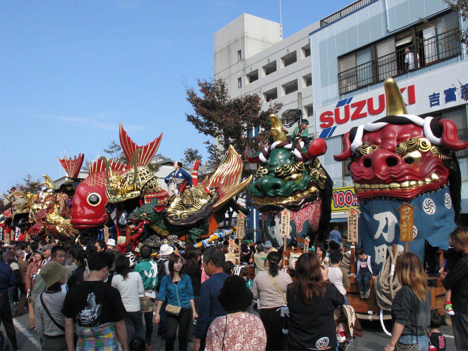 Beim Karatsu Kunchi Festival in Hikiyama werden riesige Festwagen in Form von Tieren und Sagengestalten zum Strand gezogen. (Foto: MC MasterChef auf Wikimedia Commons https://commons.wikimedia.org/wiki/Karatsu_Kunchi#/media/File:Hikiyama.jpg CC BY-SA 2.5)