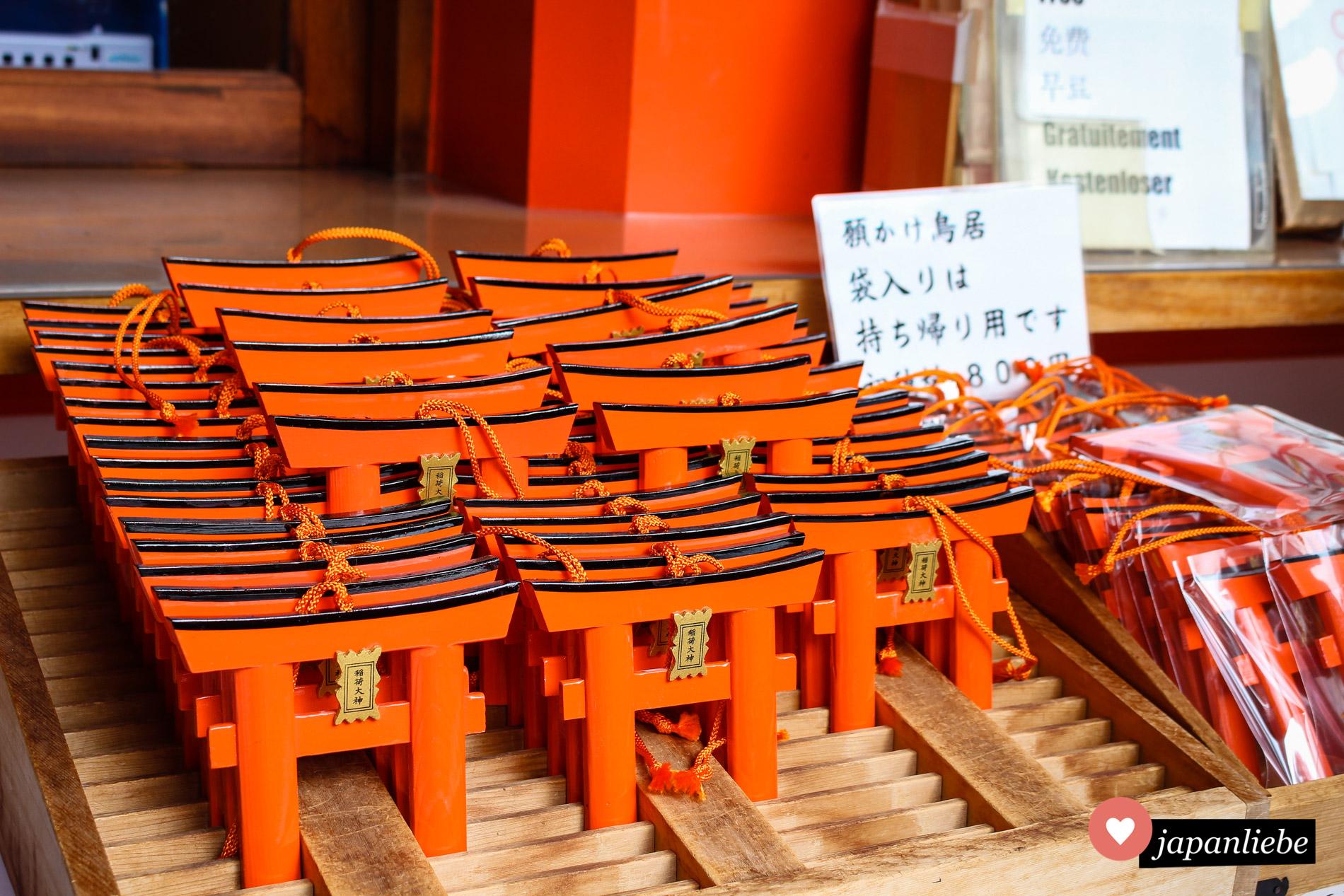 Für 800 Yen kann man am Fushimi Inari-taisha ein Miniatur-torii kaufen und mit seinen Wünschen beschriften.