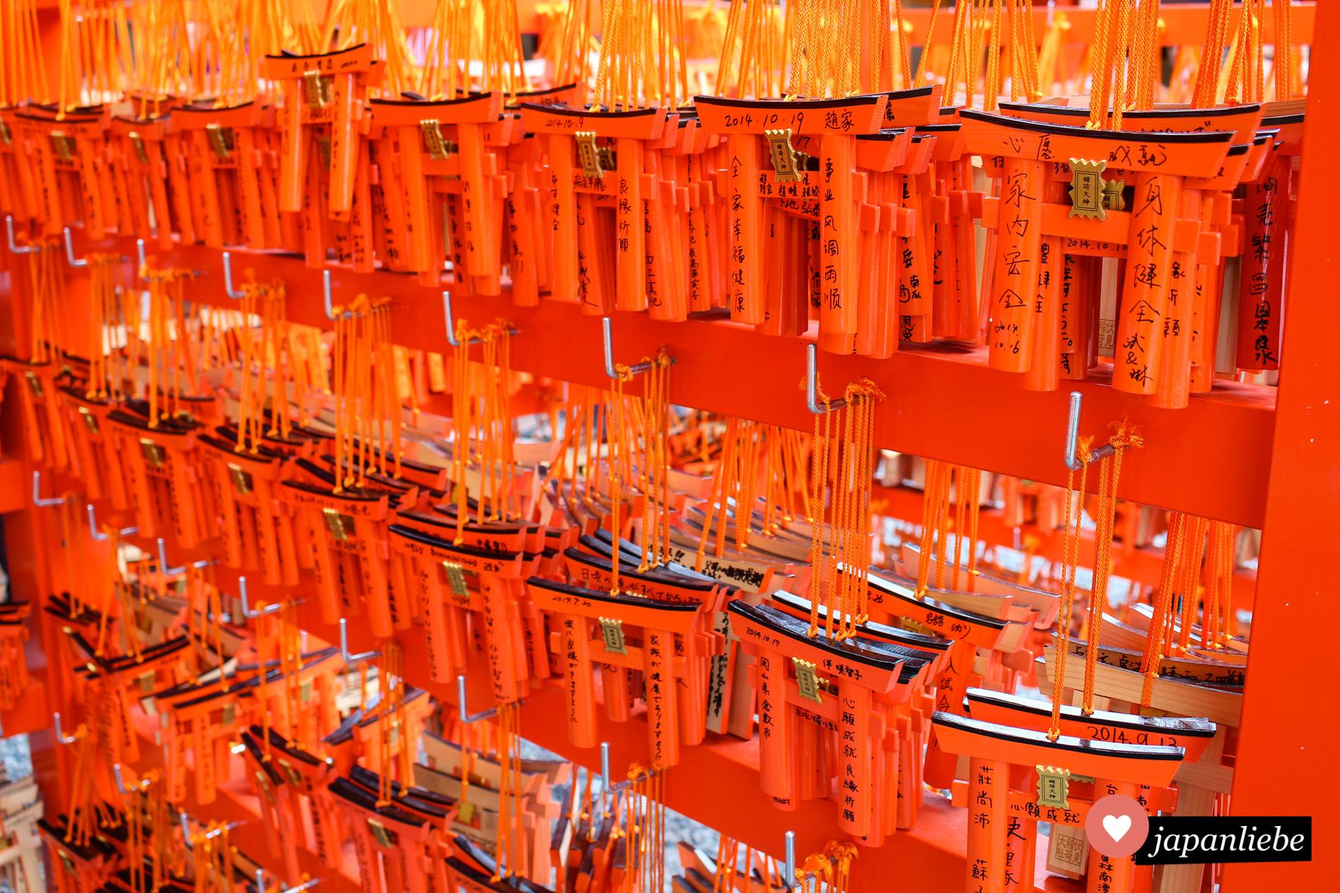 Unzählige rote Tore machen den Fushimi Inari-taisha in Kyōto so einzigartig. Eine kleine Version eines Tors kann man kaufen und mit Wünschen versehen.