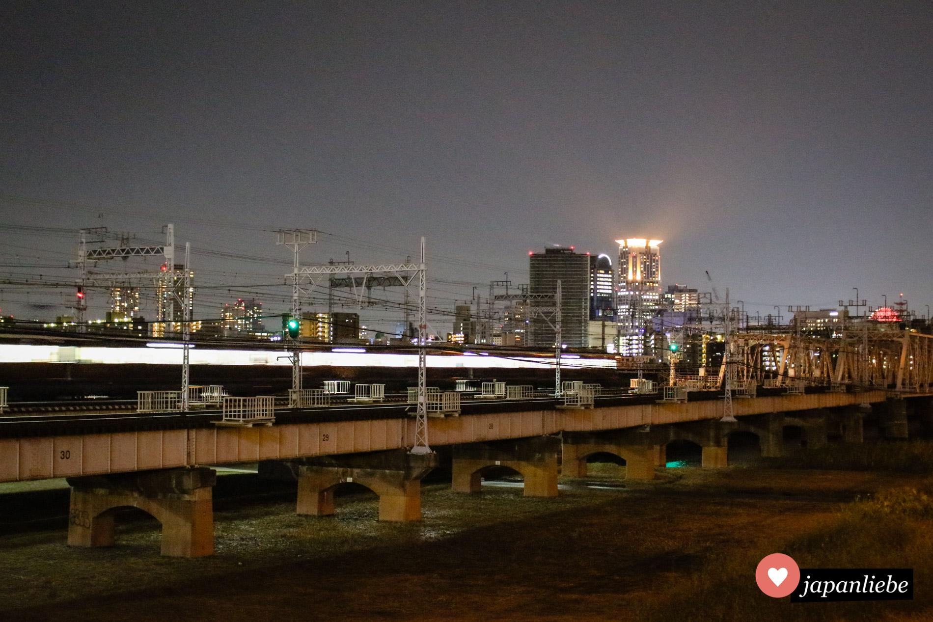 Diverse Brücken verbinden Ōsakas Stadtgebiete über den Yodogawa-Fluss hinweg.