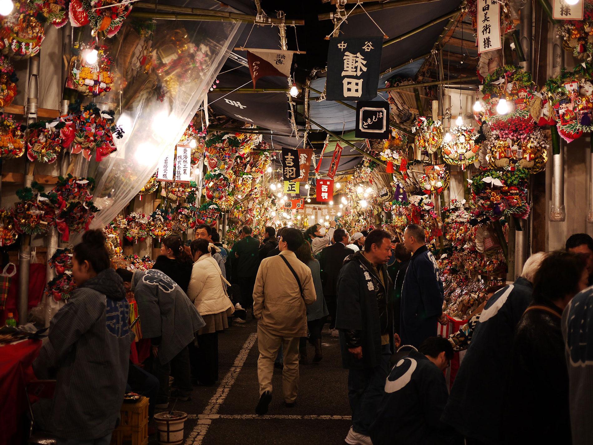 Bunt, laut, lebendig wird es in Tōkyō zur Tori no ichi Messe, bei der Geschäftsleute isch mit glücksbringern fürs nächste Jahr eindecken. (Foto: Yoshikazu Takada auf Flickr https://flic.kr/p/7f92ch CC BY 2.0)