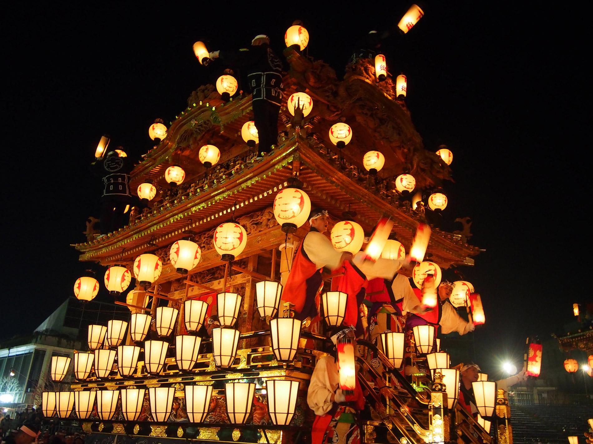 Ein prachtvoll beleuchteter Festwagen beim Chichibu Nachtfestival.